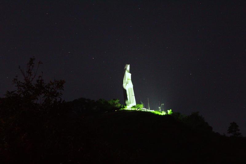 El Monumento a la Paz (también llamado Virgen de la Paz) es una colosal escultura conmemorativa de la Virgen María, realizada completamente en concreto, levantada a 11 km al suroeste de la ciudad de Trujillo, en Venezuela.4 Con 46,72 metros de altura, 16 metros de ancho, 18 de profundidad en la base y unas 1200 toneladas, es la escultura habitable más alta de América
