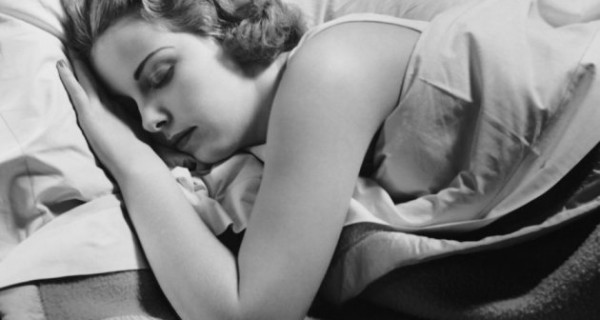 woman-sleeping-in-bed-72444531-56d7028b1a916-600x320.jpg