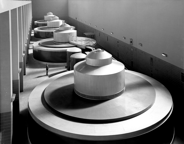 Imagen histórica de generadores en la central eléctrica de la presa Pickwick en Tennessee, desarrollada por la Tennessee Valley Authority.