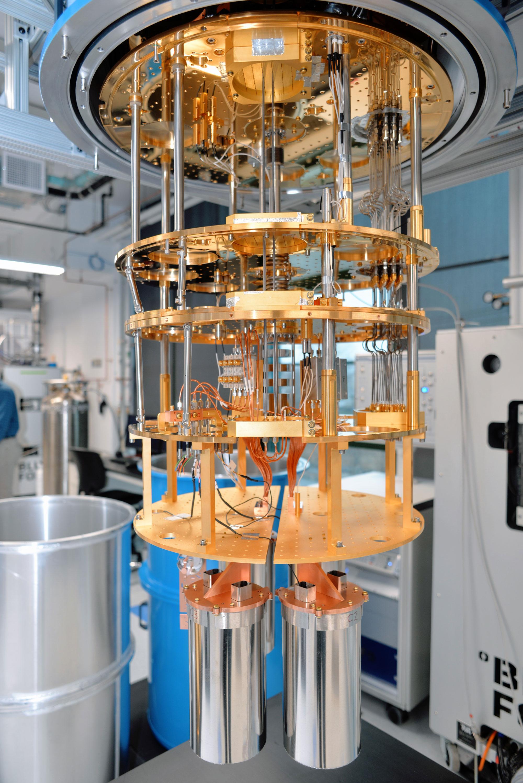Interior de un refrigerador de dilución de circuitos cuánticos.