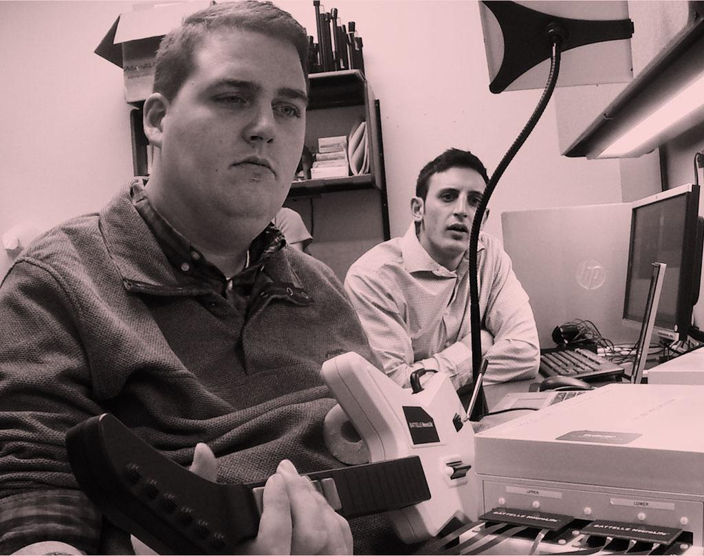 Ian Burkhart, a la izquierda, quedó paralizado por un accidente y está trabajando con investigadores de Battelle para desarrollar mejores interfaces cerebro-computadora. Burkhart tenía una matriz de Utah, que se muestra a la derecha, implantada en su corteza motora en 2014. El grupo Battelle ahora está tratando de desarrollar una forma de leer sus señales cerebrales sin un implante quirúrgico.