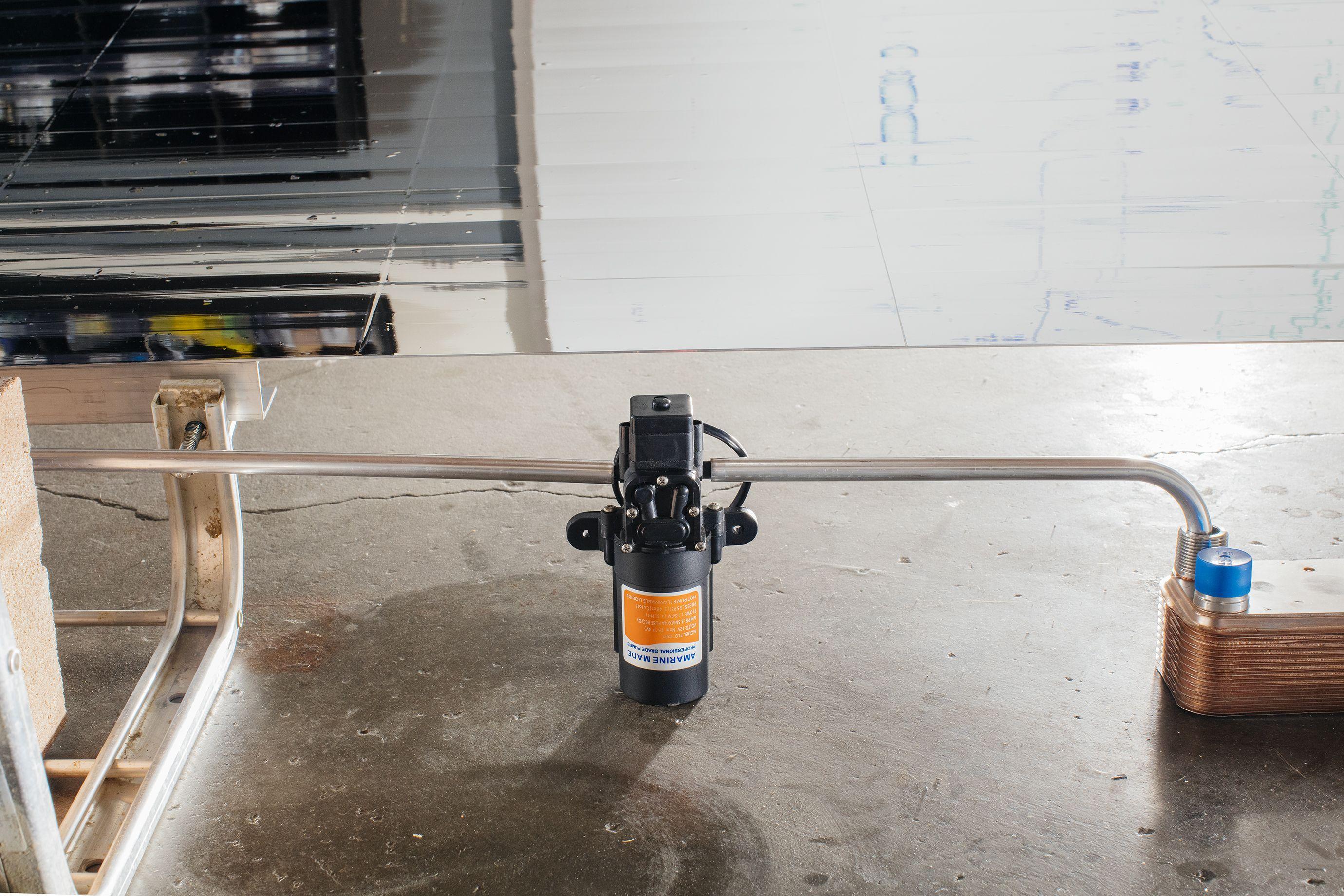 Una pequeña bomba hace circular una mezcla de agua y anticongelante a través del sistema de paneles y en el otro lado del intercambiador de calor.