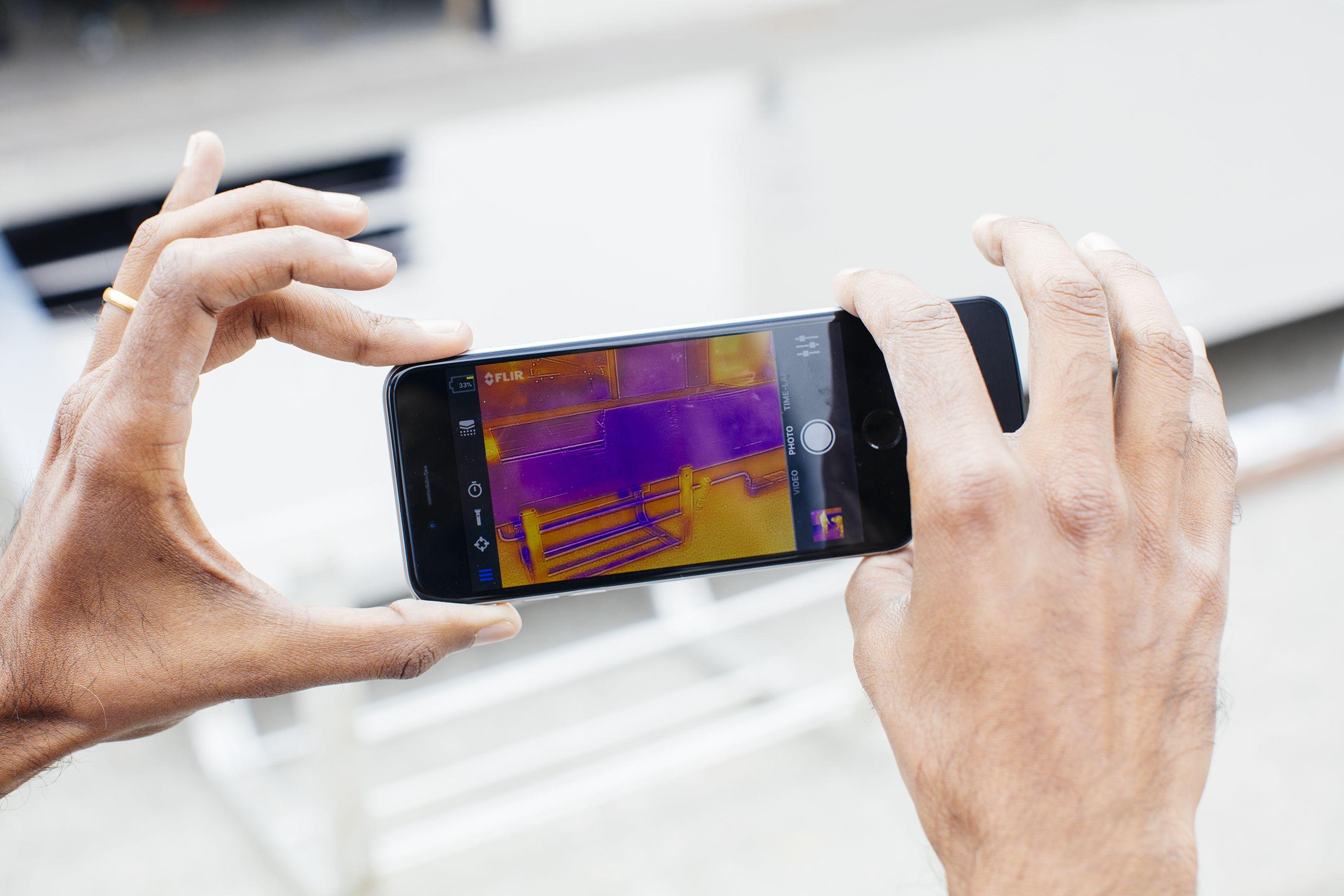 Una aplicación de imágenes térmicas de iPhone y un accesorio de cámara muestra la frialdad de los paneles y las tuberías (en morado) en relación con el asfalto (en naranja).