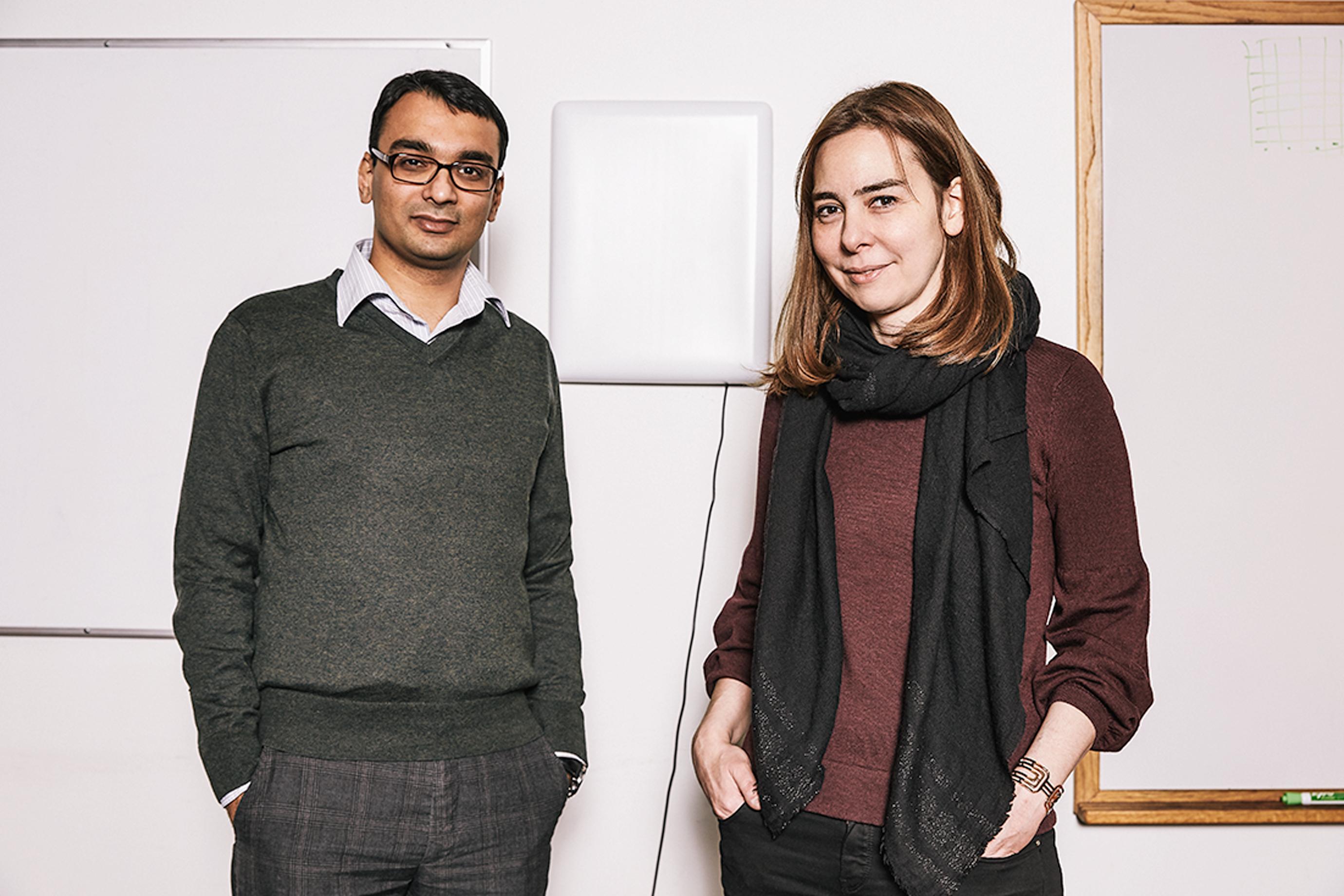 Ipsit Vahia y Dina Katabi están probando un dispositivo impulsado por inteligencia artificial que el laboratorio de Katabi construyó para monitorear el comportamiento de las personas con Alzheimer, así como aquellos en riesgo de desarrollar la enfermedad.