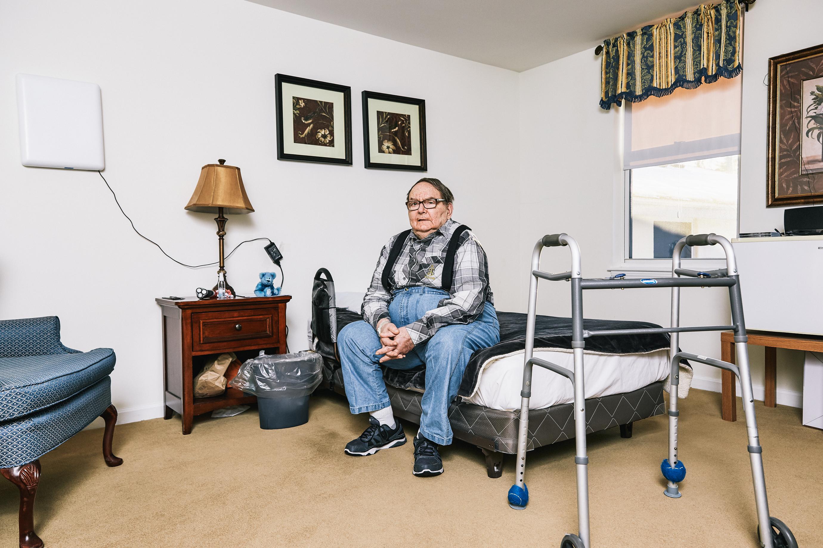 David Graham, uno de los pacientes de Vahia, tiene uno de los dispositivos con AI en su habitación en Robbie's Place, una instalación de vida asistida en Marlborough, Massachusetts.