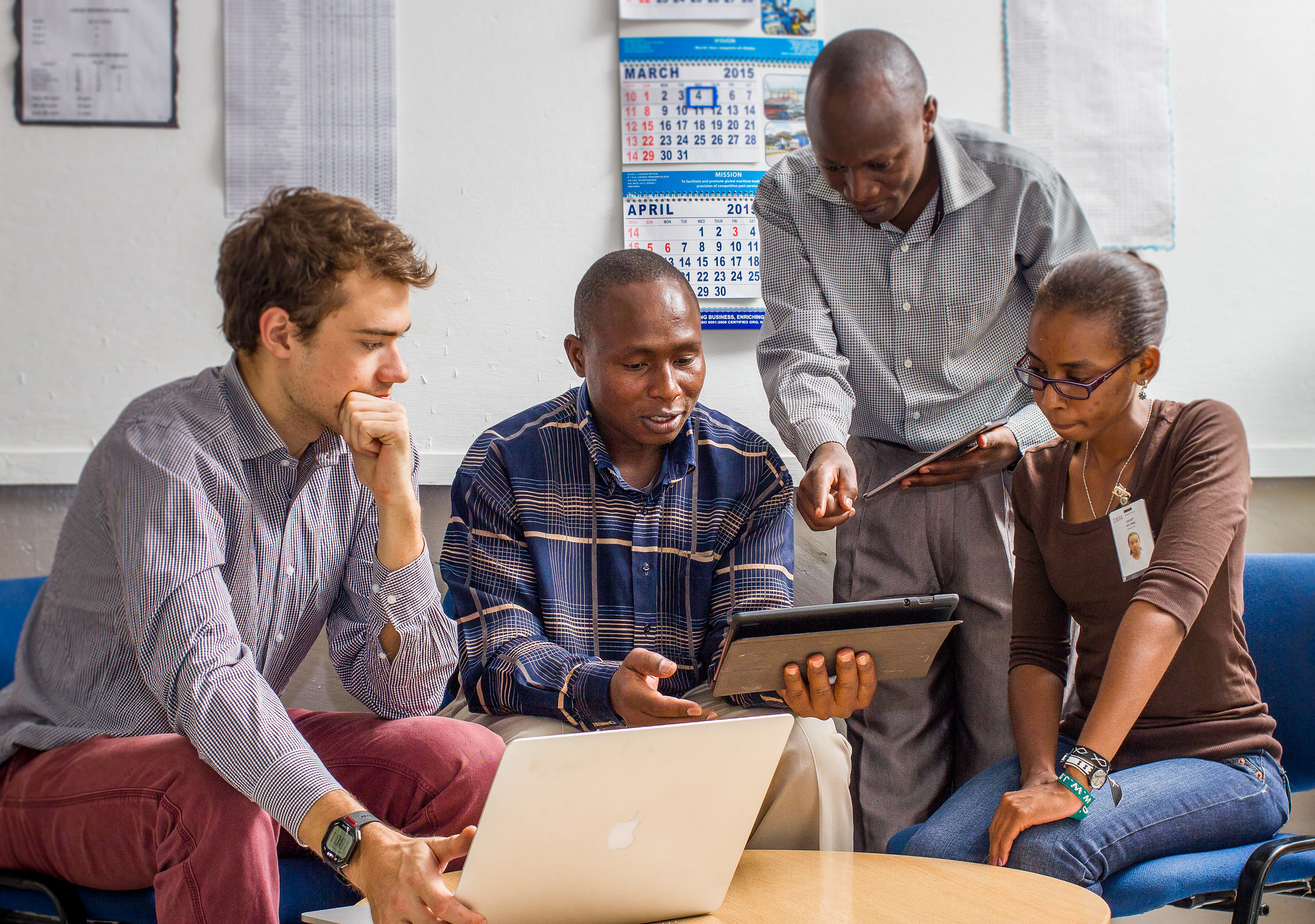 Los investigadores discuten un proyecto sobre educación personalizada en Nairobi.