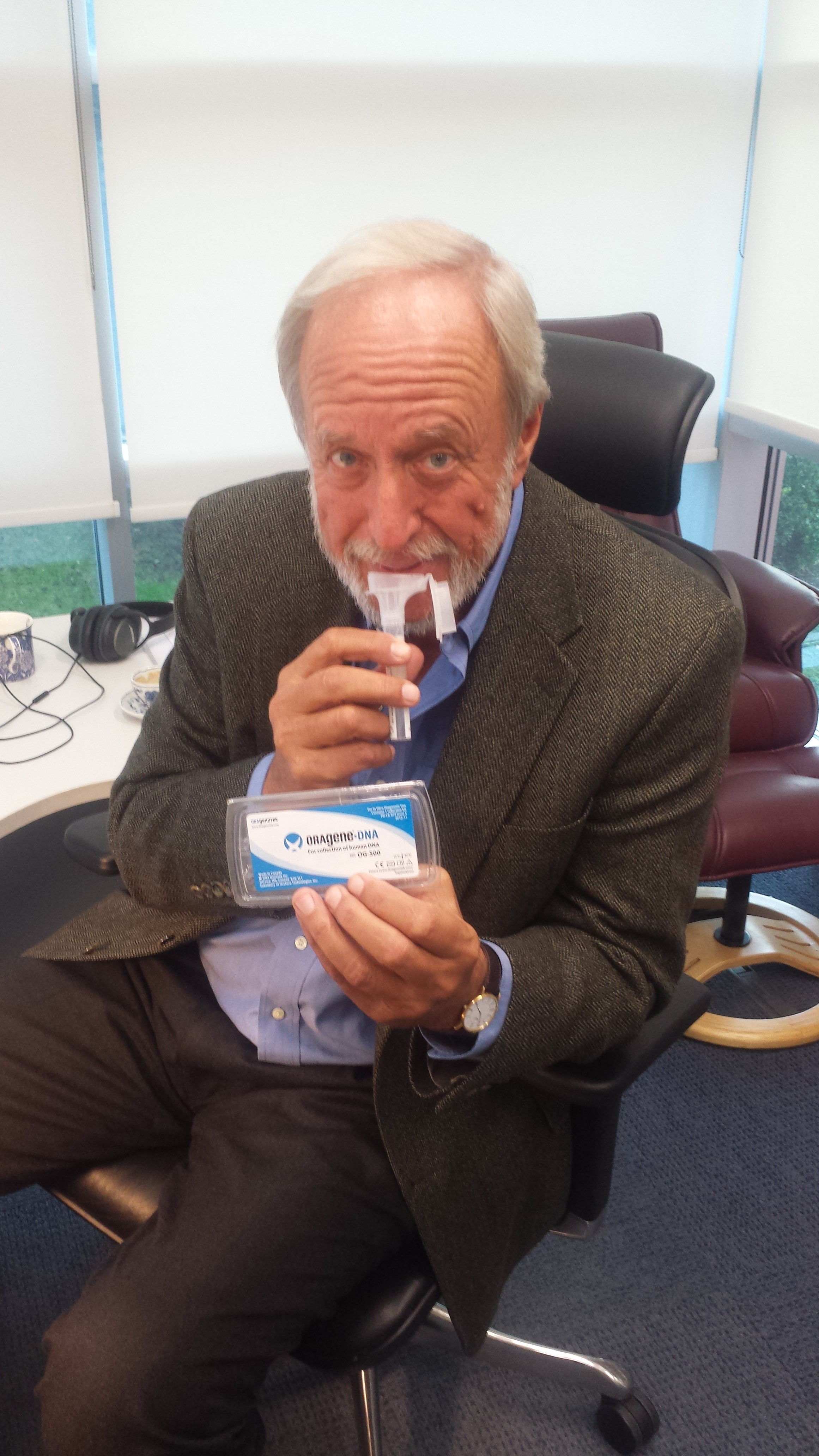 El psicólogo Robert Plomin escupe en un tubo de recolección de ADN. Él aprendió su riesgo genético por docenas de rasgos.