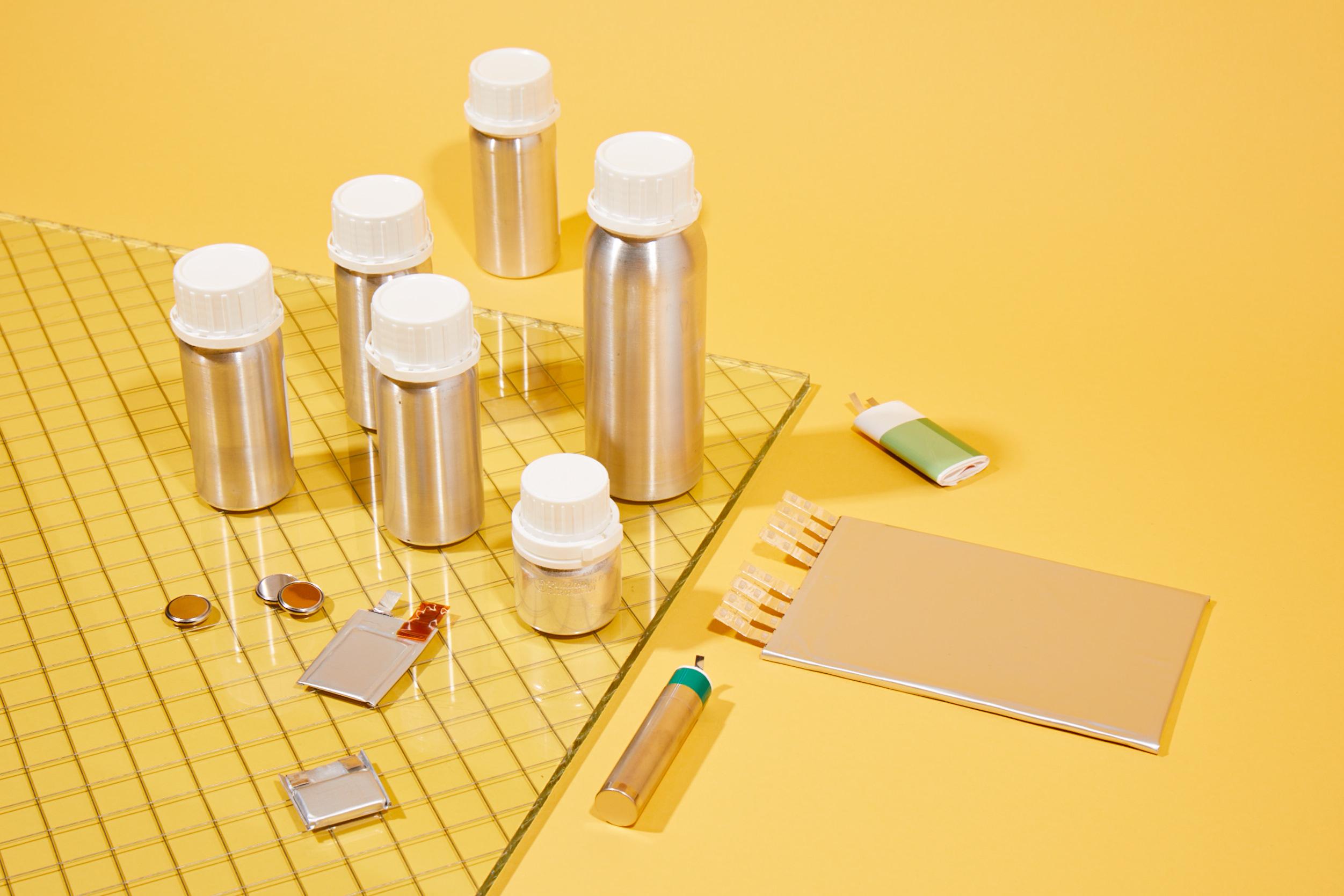 Monedas y otros componentes del kit de batería de CAMX.