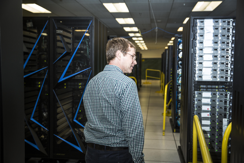 Lucas revisa nuevas supercomputadoras en Lawrence Livermore Lab.