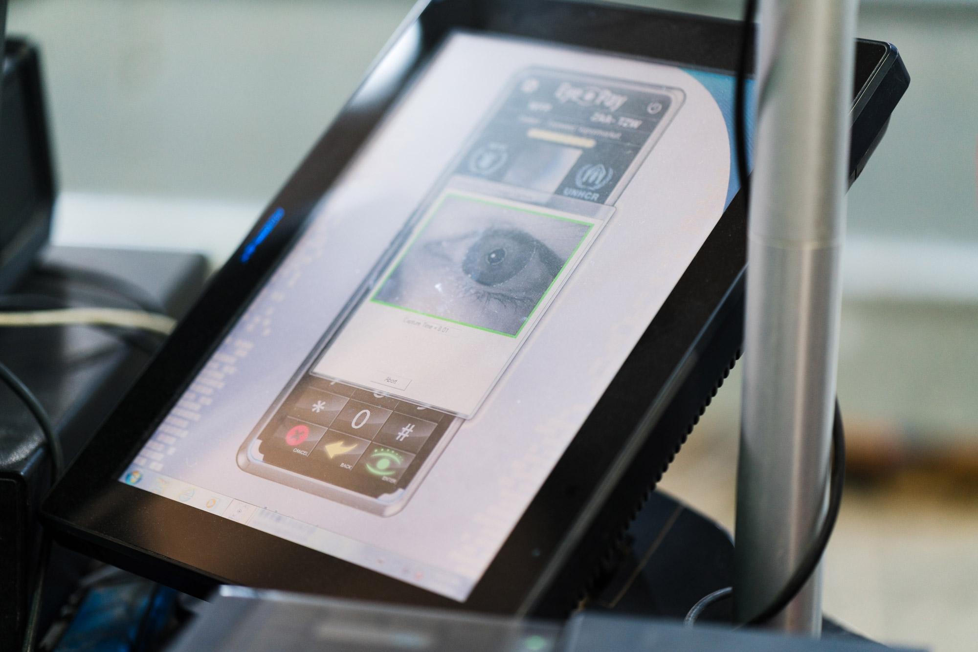 Se utiliza una exploración del iris para establecer la identidad digital en el proceso de pago. El sistema usa una base de datos tradicional y una cuenta almacenada en una variante autorizada de la cadena de bloques de Ethereum.