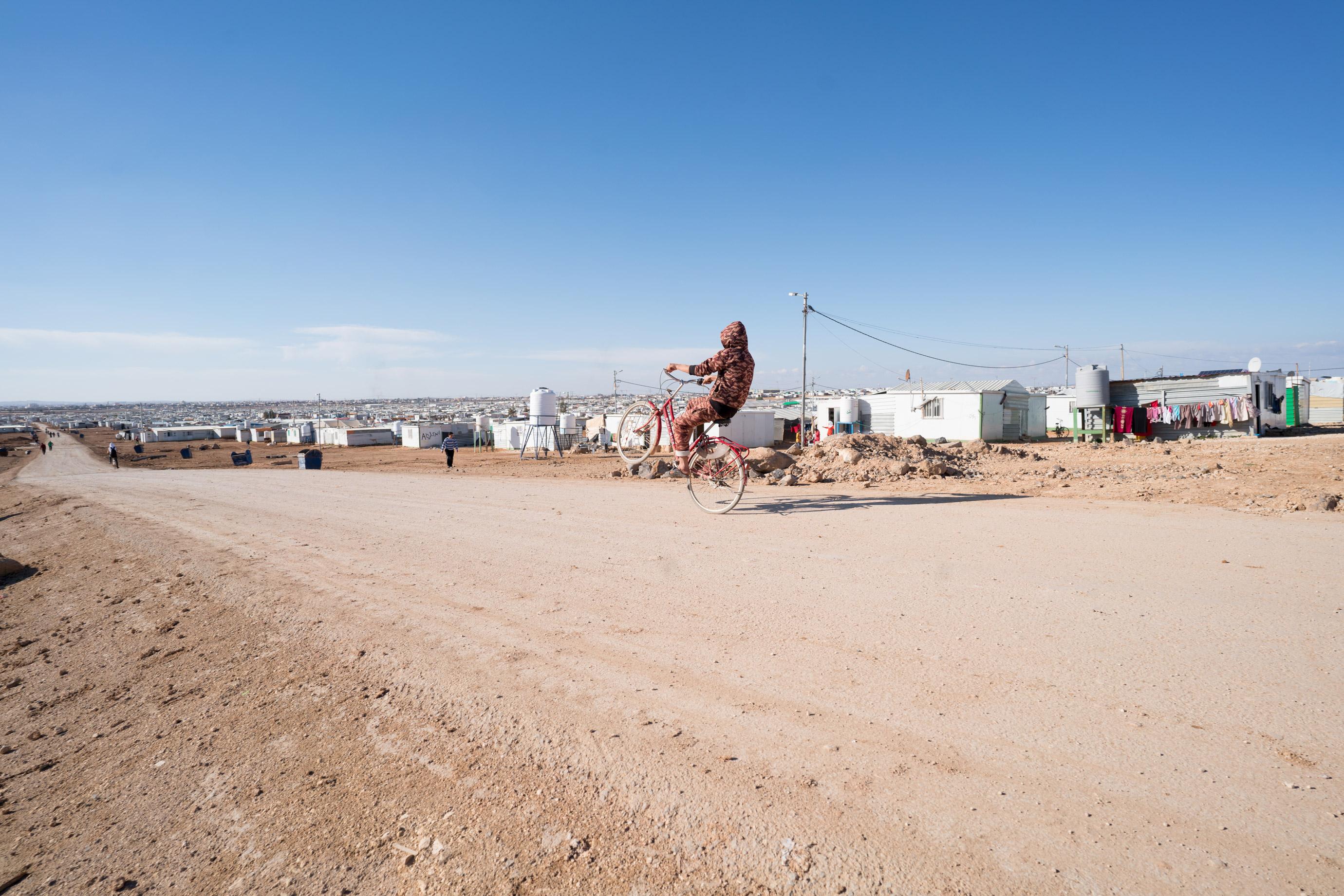 Zaatari es una ciudad bulliciosa que surgió como una marea de la humanidad que se estrelló en la frontera con Siria en 2012. Casi 75,000 sirios viven en el extenso campamento, incluidos muchos niños y adultos jóvenes.