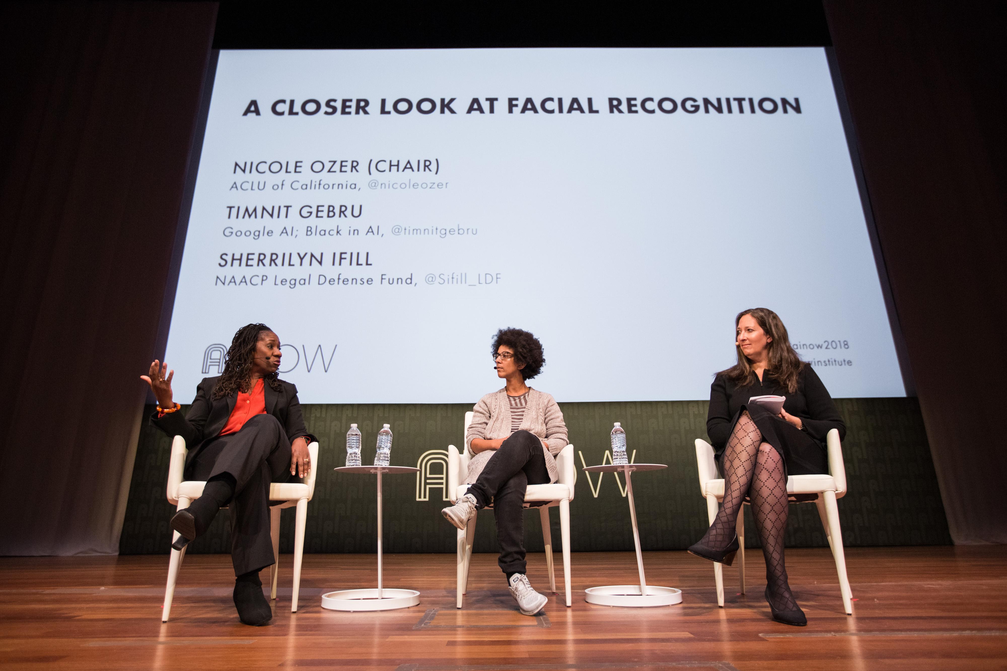 Sherrilyn Ifill (Fondo de Defensa Legal de NAACP), Timnit Gebru (Google) y Nicole Ozer (ACLU) en una conversación en el Simposio AI Now 2018.