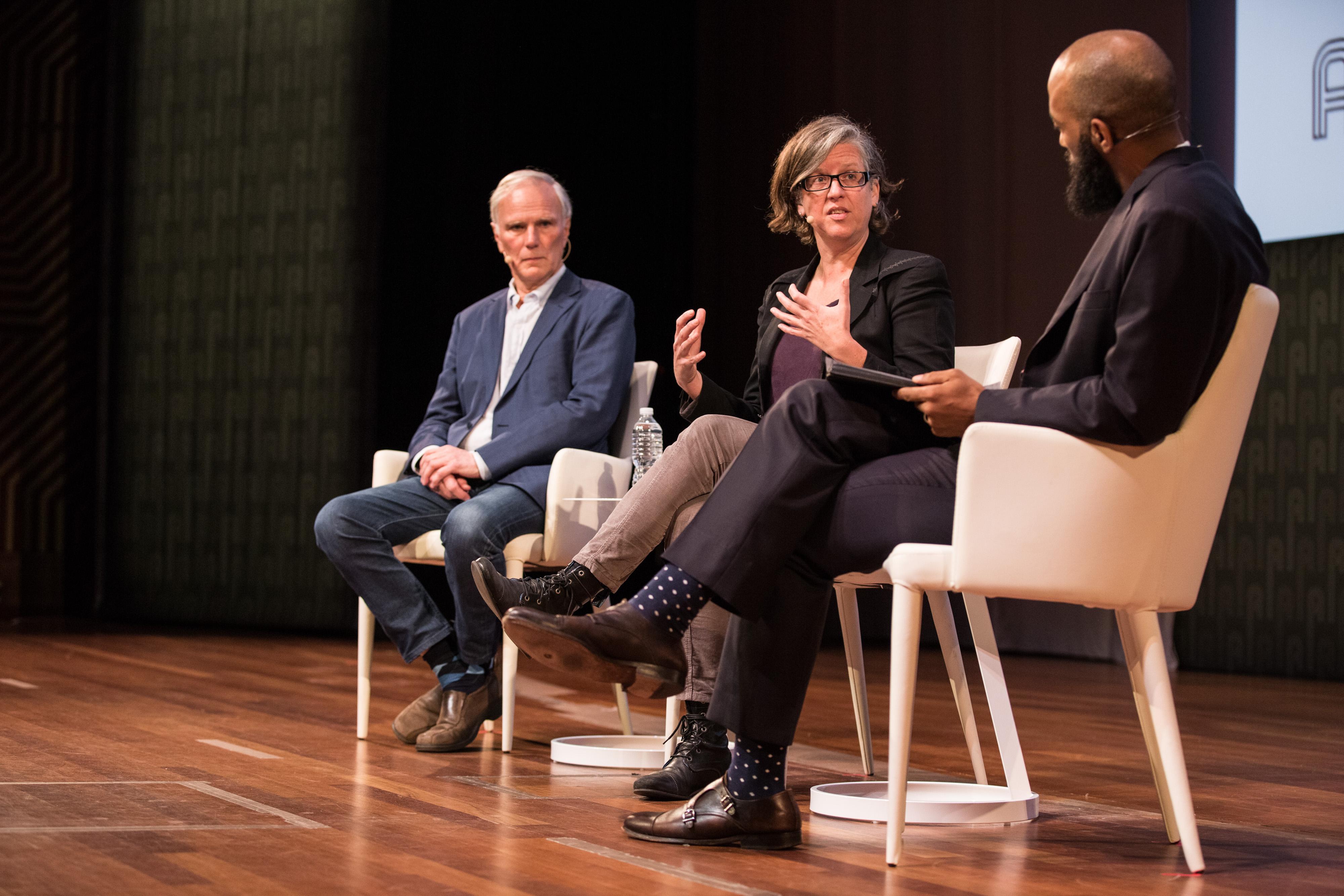 Philip Alston (Facultad de Derecho de la NYU), Virginia Eubanks (Universidad de Albany, SUNY), y Vincent Southerland (Centro sobre Raza, Desigualdad y Derecho de la NYU) en el escenario del simposio.