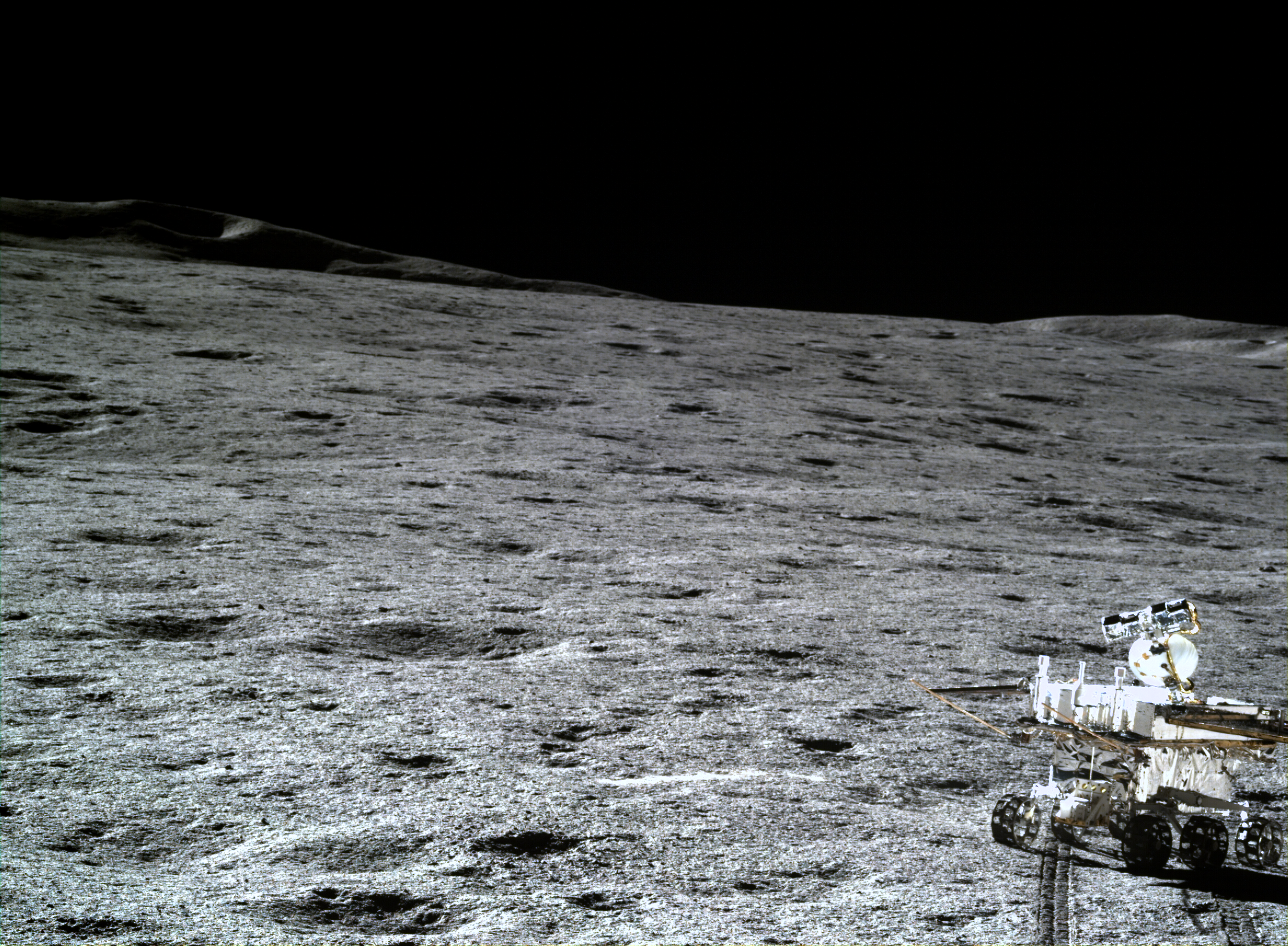 Una vista del paisaje lunar y el rover Yutu-2, tomada por el Chang