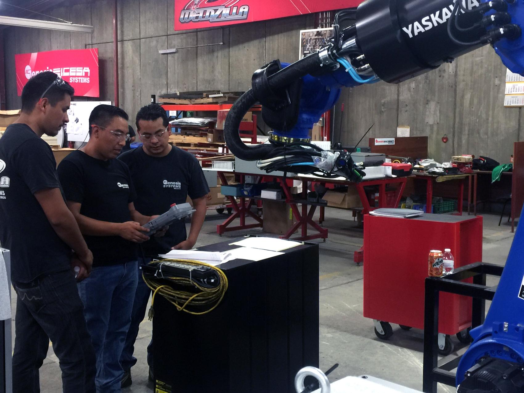 René Sánchez dirige un robot Yaskawa a través de ejercicios en Genesis-ICESA Systems