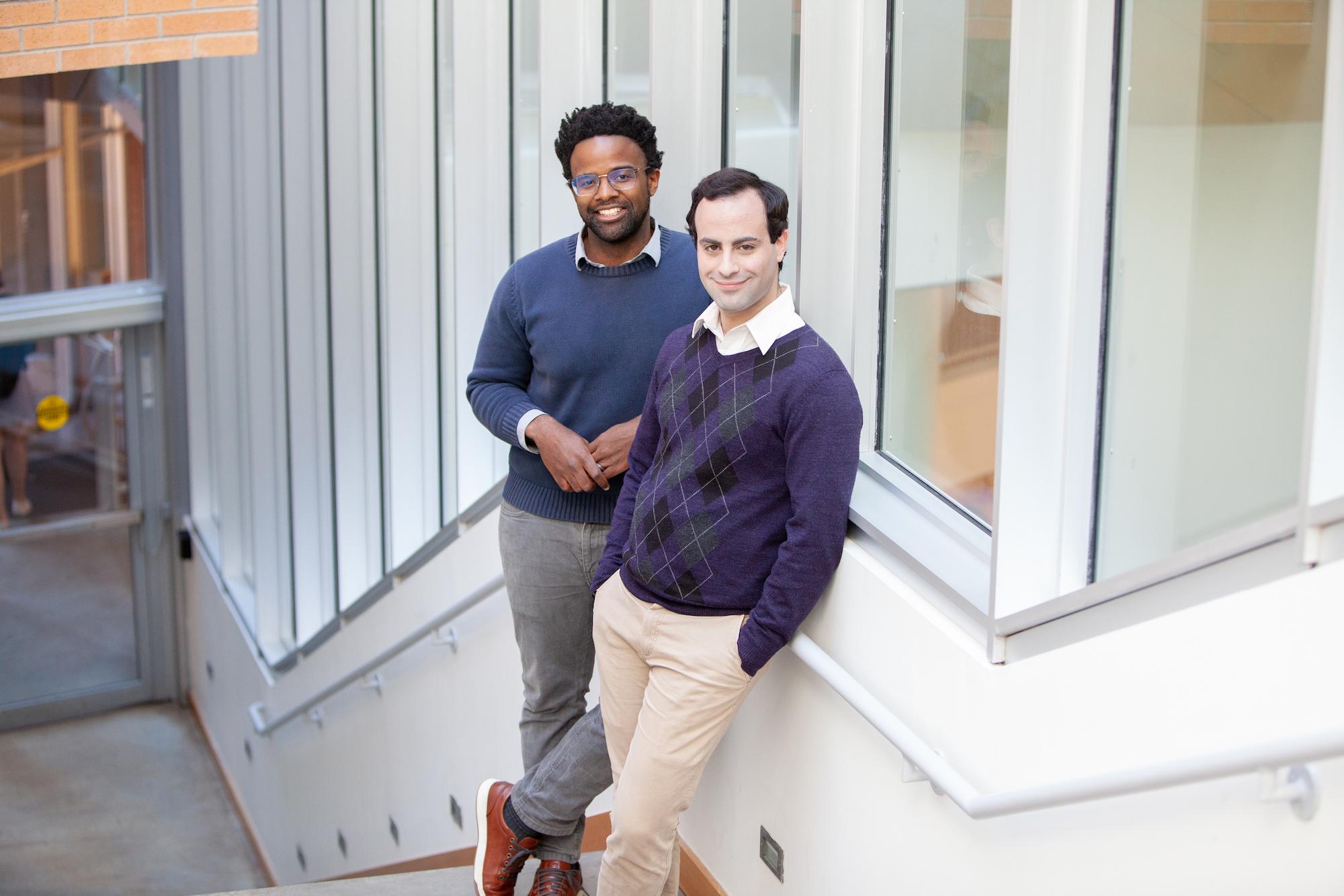 Michael Carbin (izquierda) y Jonathan Frankle (derecha), los autores del artículo.