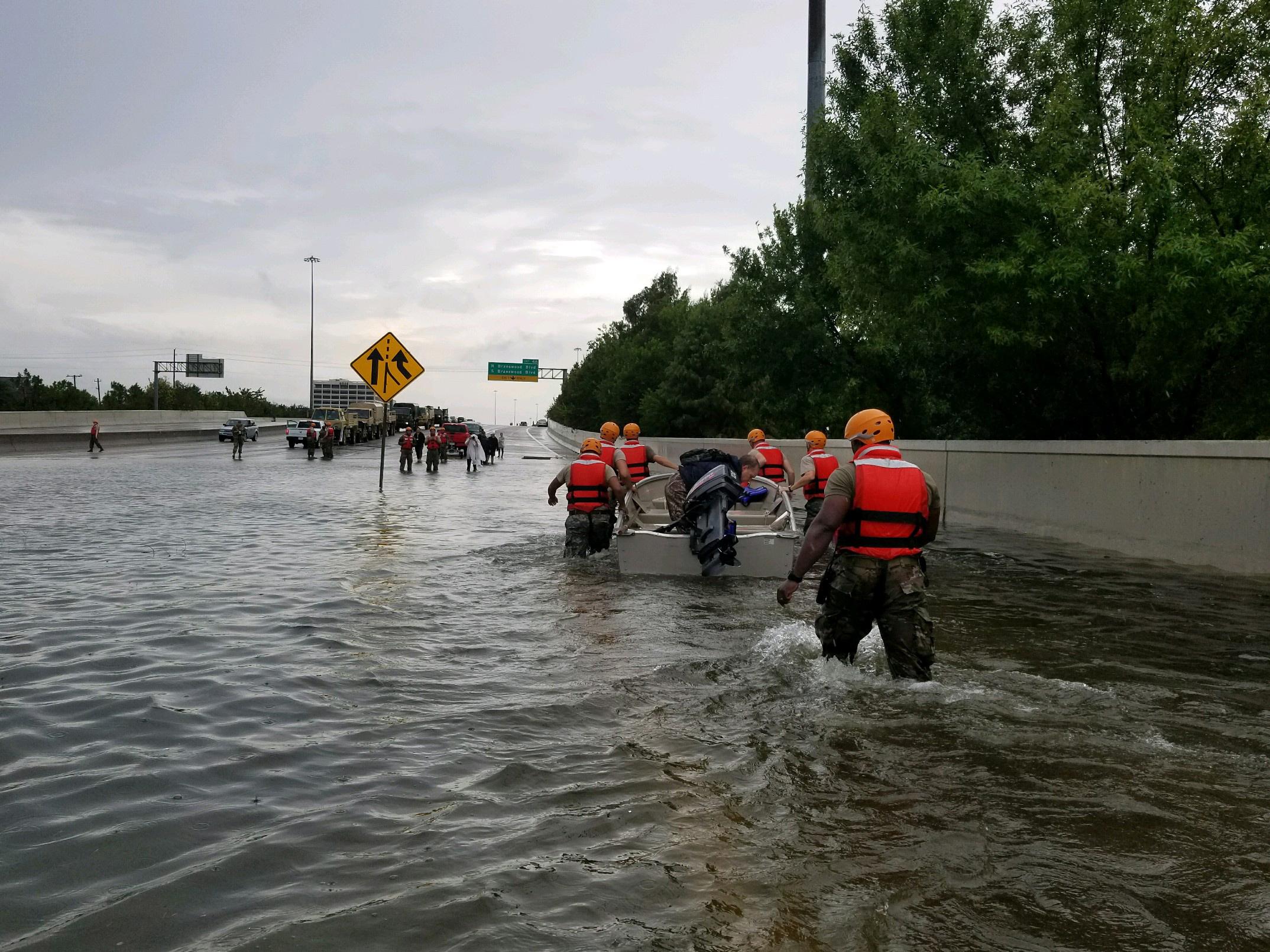 La Guardia Nacional de Texas se desplegó en áreas inundadas alrededor de Houston después del huracán Harvey.