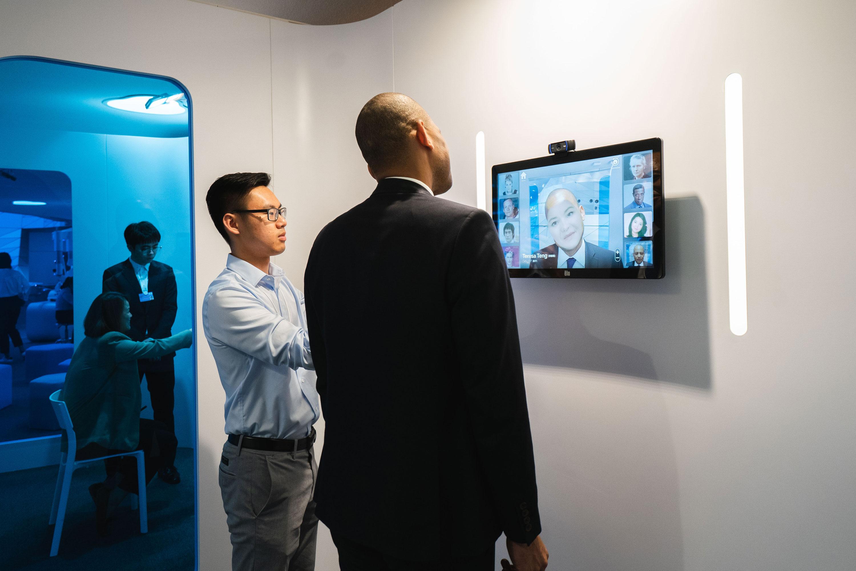 Un empleado de Pinscreen demuestra un sistema de intercambio de caras en vivo en el Foro Económico Mundial