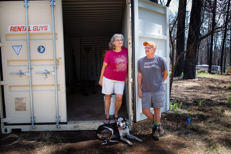 Gloria Rodgers y Jim Umenhofer están en su propiedad en Paradise, con su perro Rita.
