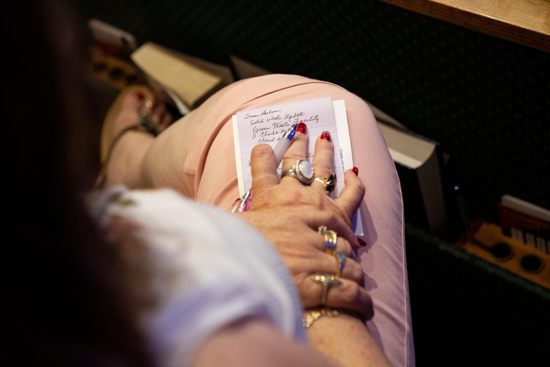 Un residente toma notas durante la reunión del ayuntamiento.