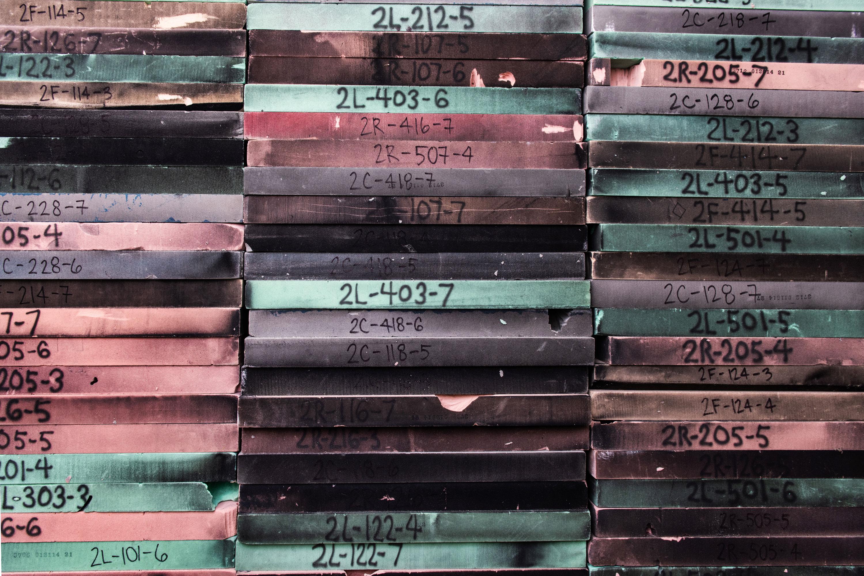 Cada panel de espuma carbonizado por la explosión DebriSat tiene un código único, que describe de dónde proviene la cámara de explosión.