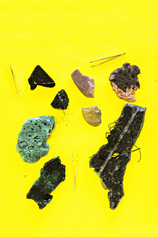 Algunos de los fragmentos de desechos satelitales extraídos por el equipo de la Universidad de Florida