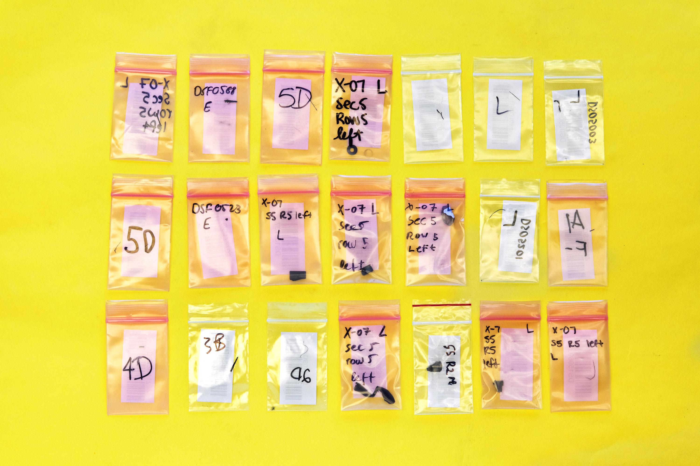 Una vez que cada fragmento ha sido pesado, medido, descrito y fotografiado, se guarda en bolsas y se archiva