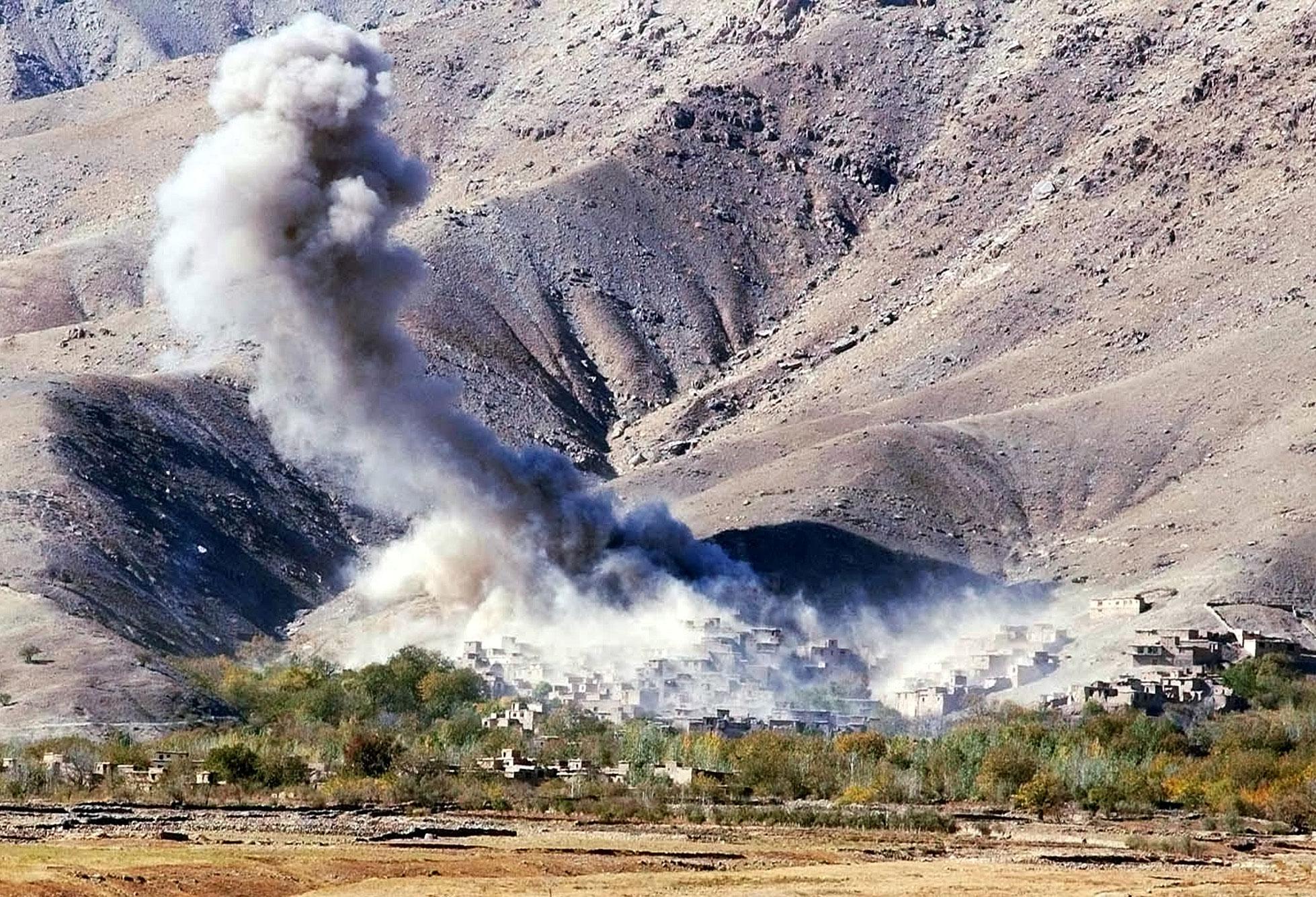 El humo se eleva desde el pueblo de Esferghich después de un ataque aéreo estadounidense.