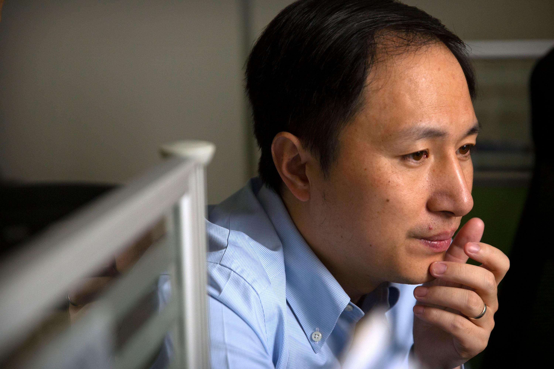 He Jiankui posa para las cámaras de The Associated Press en los días previos a la publicación de sus experimentos de edición de genes.