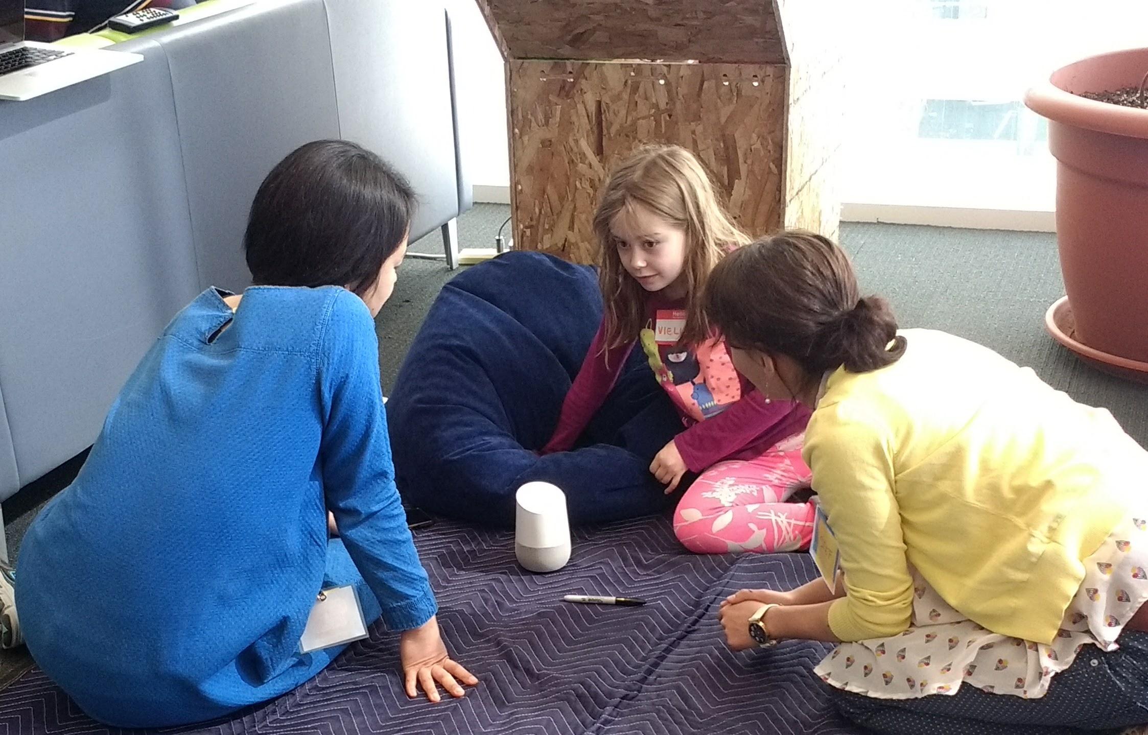 Niños en el estudio del MIT Media Lab usando un dispositivo de Google Home. Los investigadores esperan diseñar eventualmente tales agentes digitales de modo que los cabritos puedan tinker con ellos.