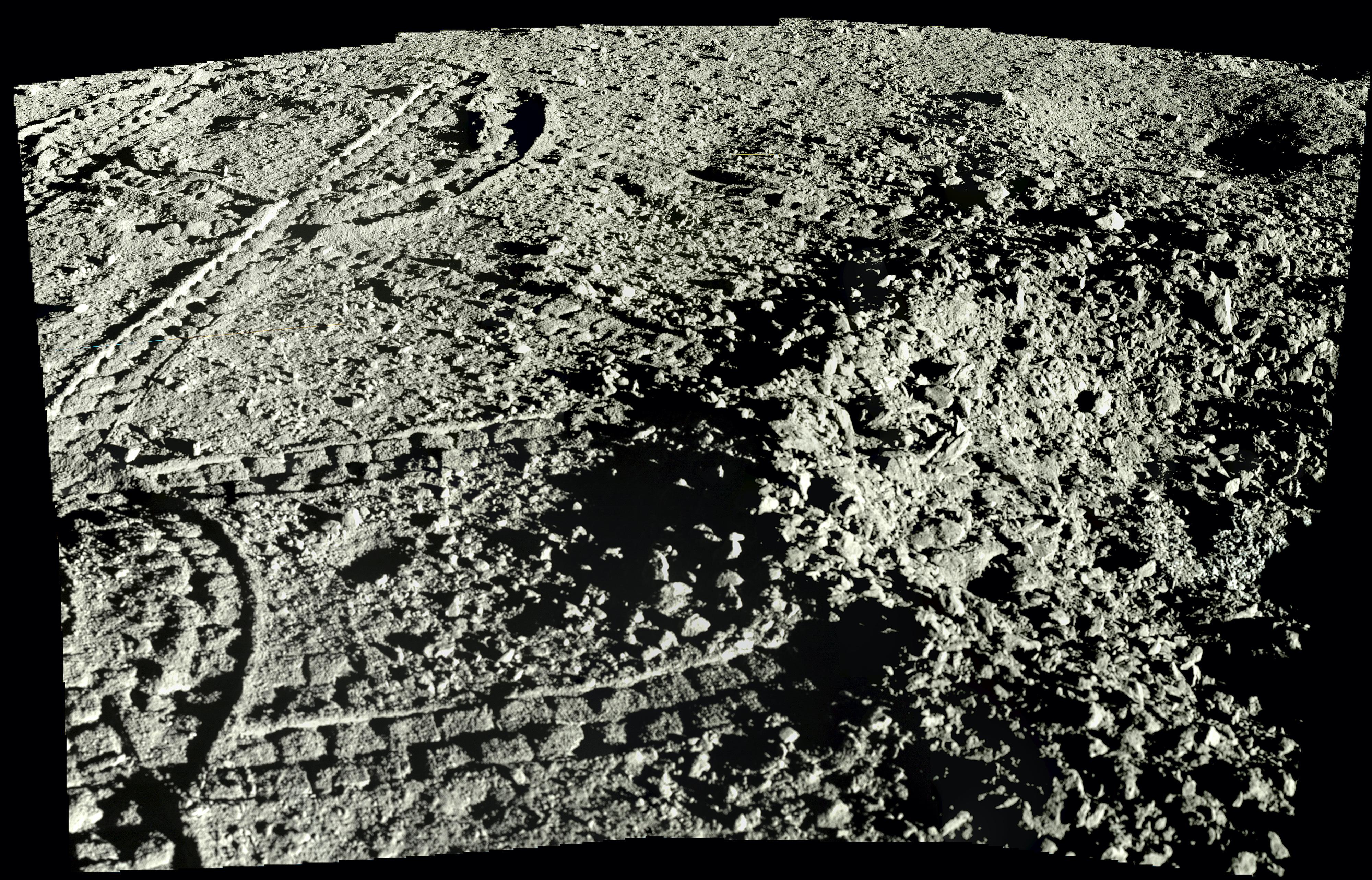 Una vista de cerca del regolito lunar de Yutu-2. Puedes ver el rover