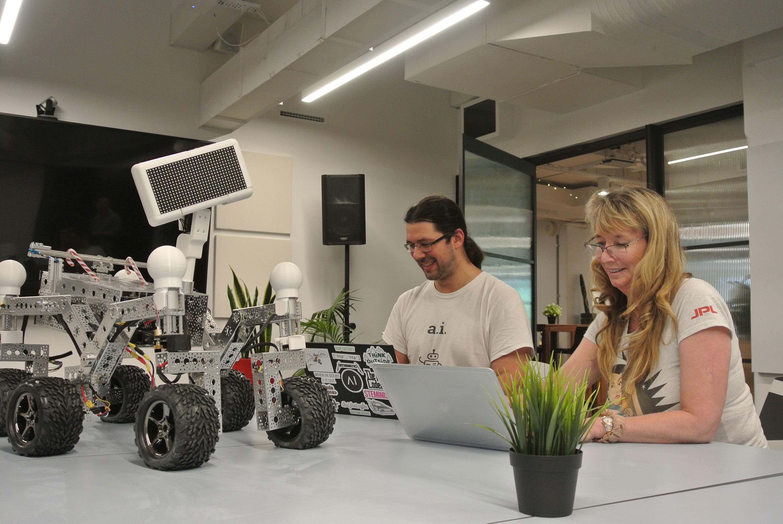 La fundadora de Akin, Liesl Yearsley (derecha) y su equipo trabajando en Henry the Helper en la NASA.