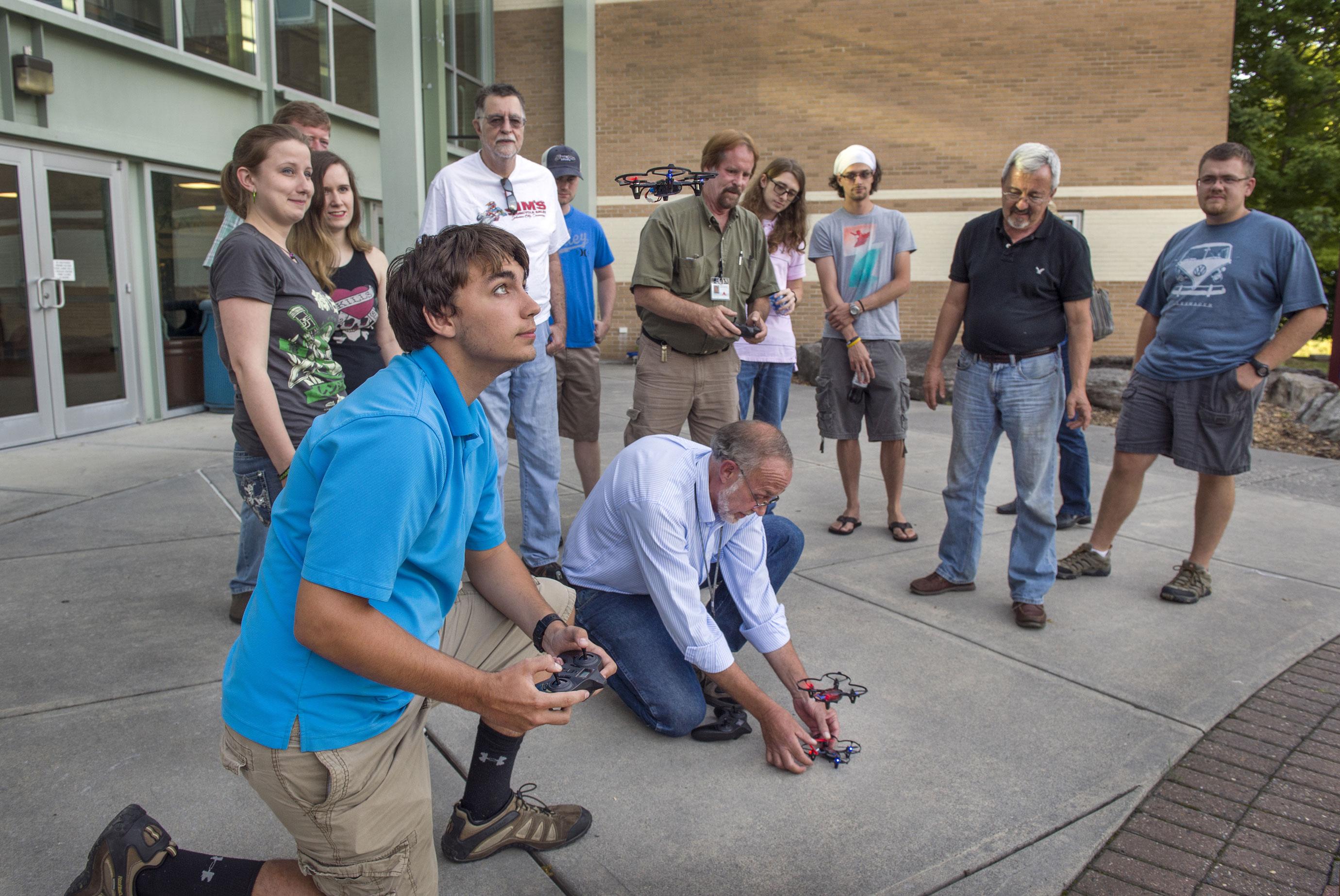 Los estudiantes practican volar aviones pequeños en el Mountain Empire Community College en Virginia.