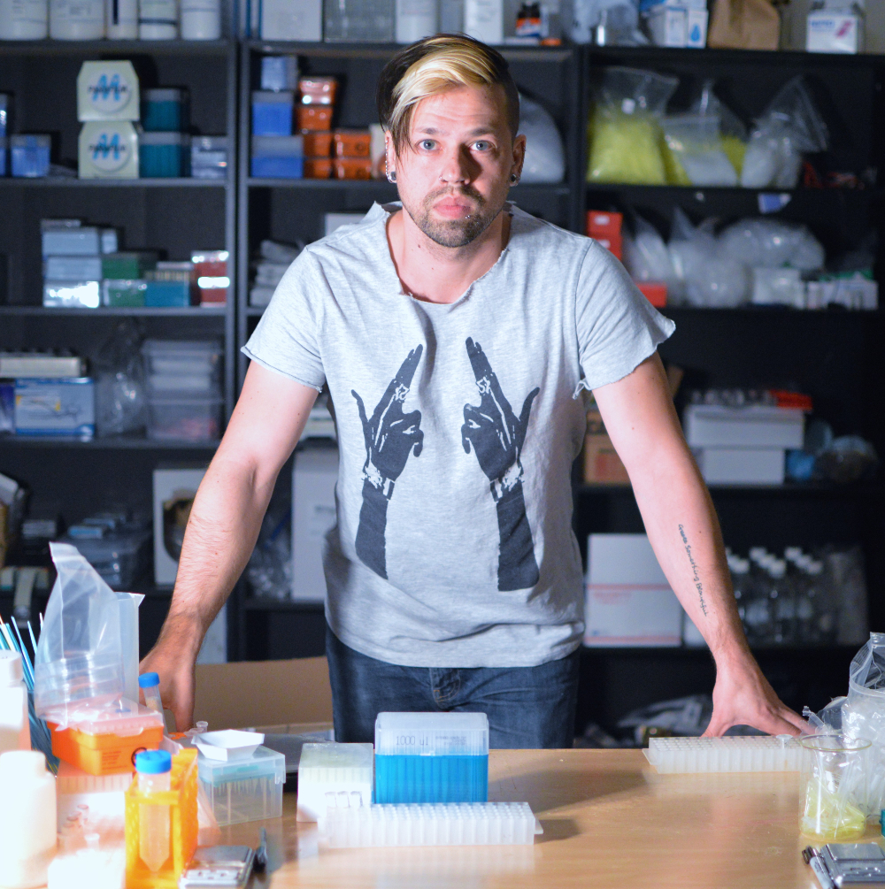 Los legisladores quieren que el biohacker Josiah Zayner agregue advertencias a los kits de ingeniería genética que vende.