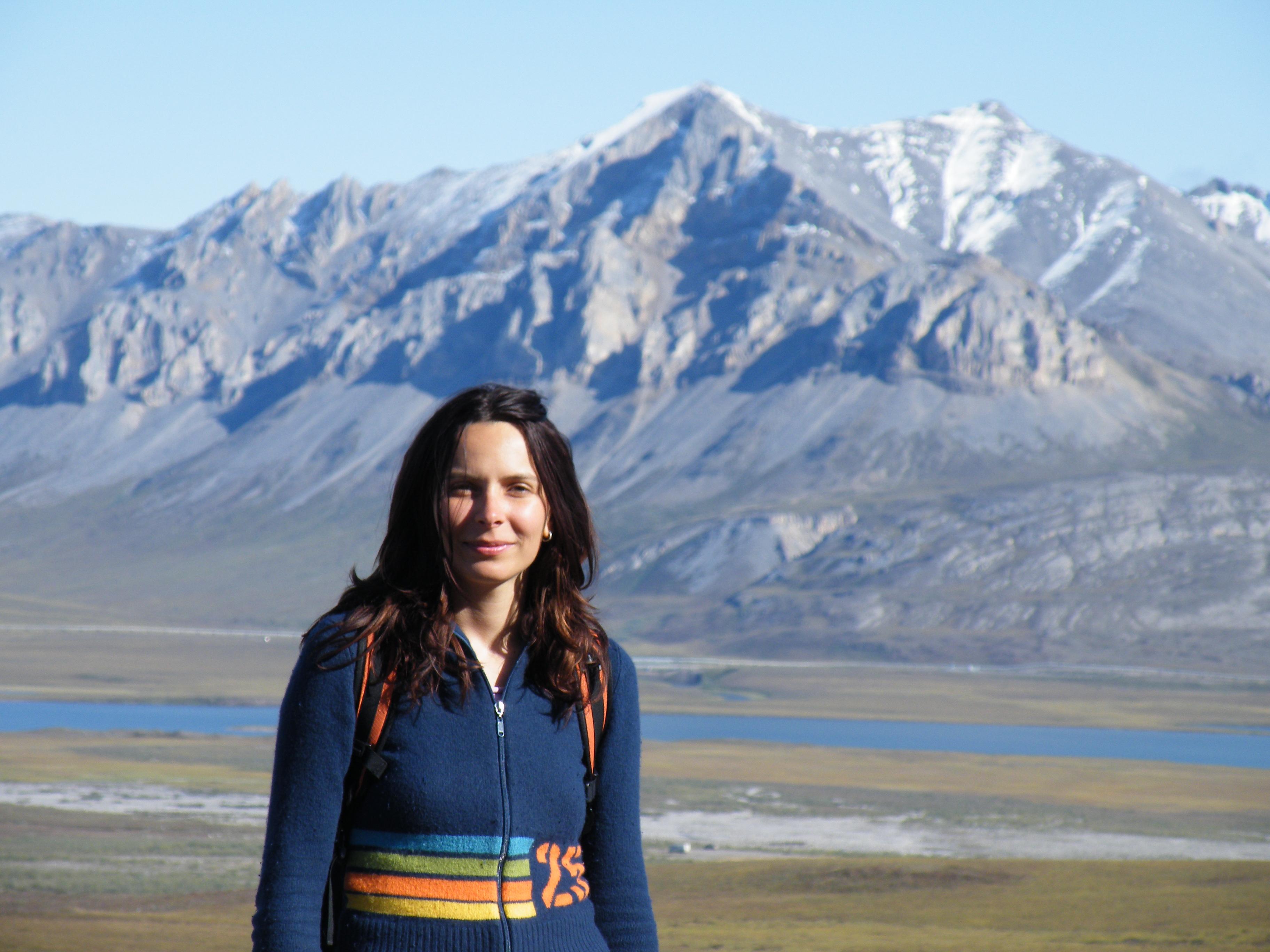 La científica climática Ivana Cvijanovic realiza trabajo de campo en Alaska North Slope, como parte de su investigación de doctorado.