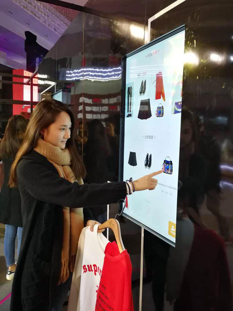 Un comprador prueba Alibaba