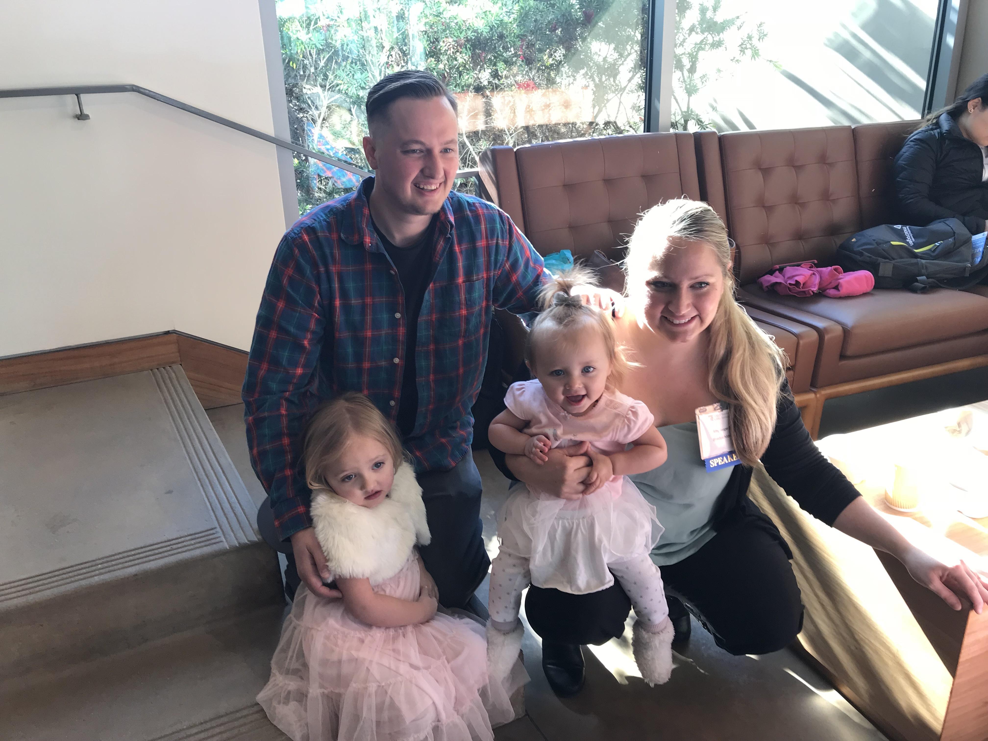 Robert Supple y Amy Jaeger con sus dos hijas, Sophie (izquierda) y Rylee (derecha). Supple y Jaeger matricularon a Rylee, ahora de 18 meses, en un estudio para secuenciar rápidamente su genoma cuando otras pruebas no revelaron la fuente de sus problemas de salud.