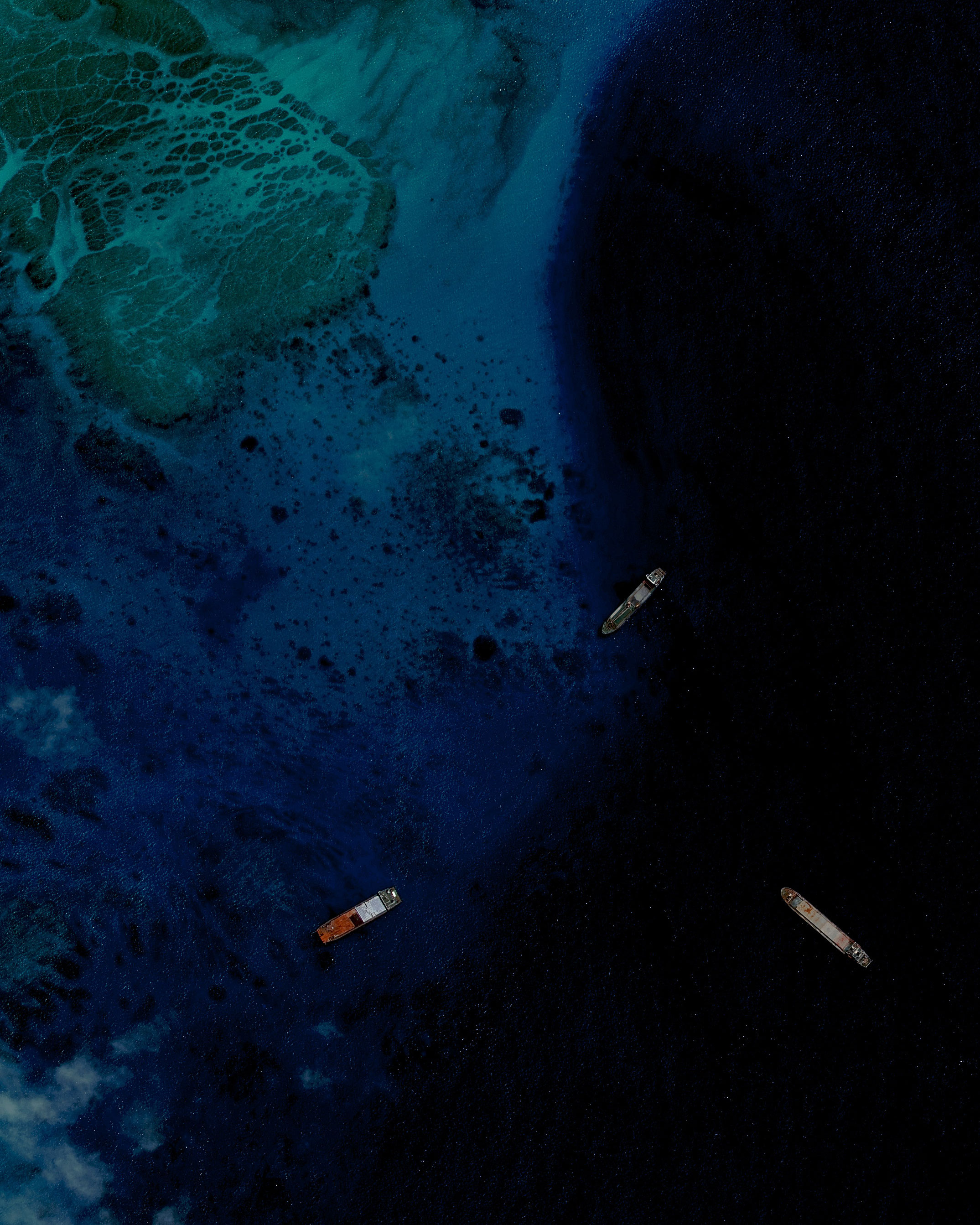 Los barcos se congregan justo al noreste de Fiery Cross Reef.