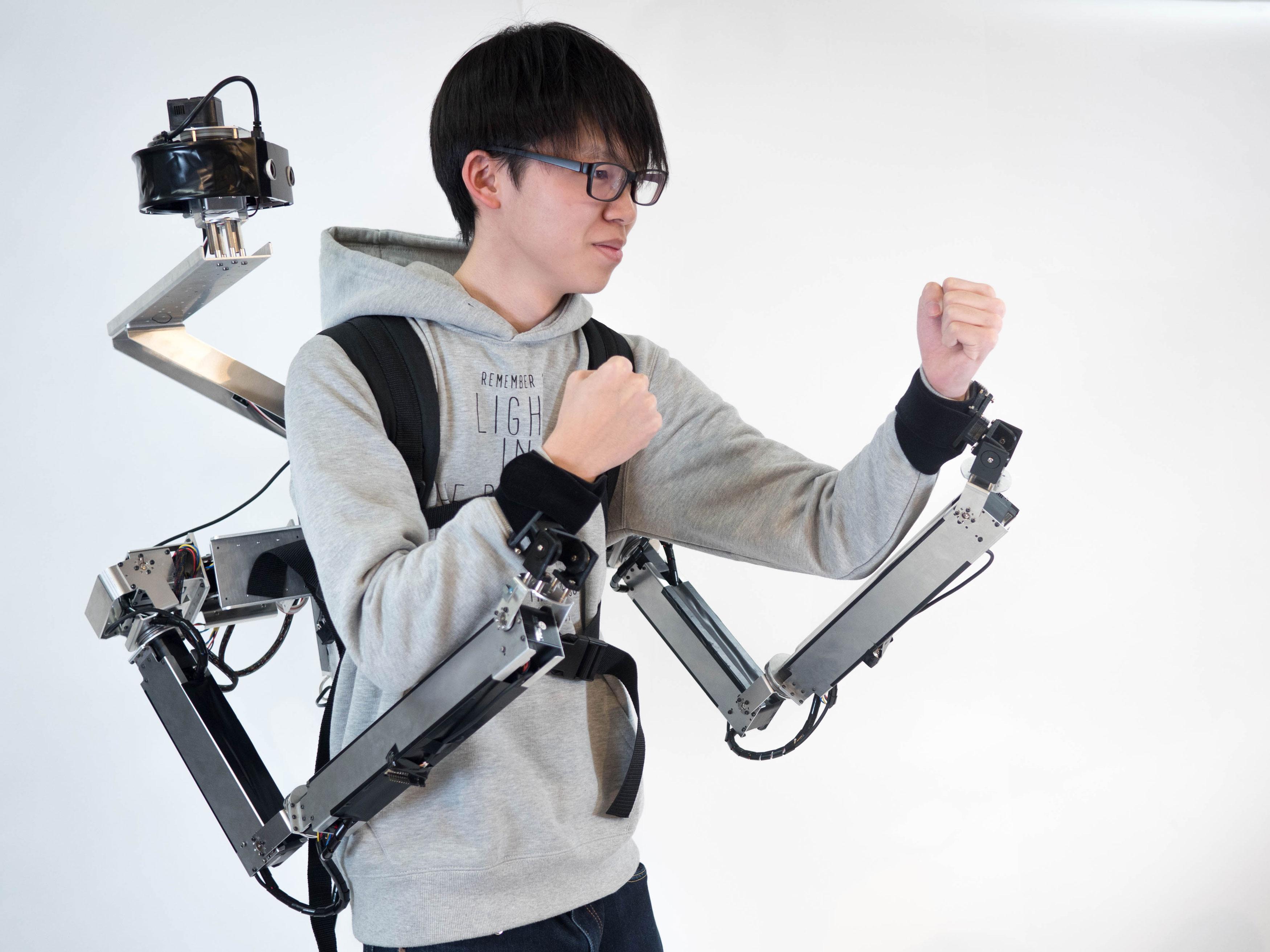 Los brazos robóticos se pueden atar al usuario