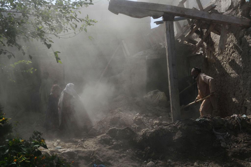 Los residentes afganos limpian los escombros de sus hogares.