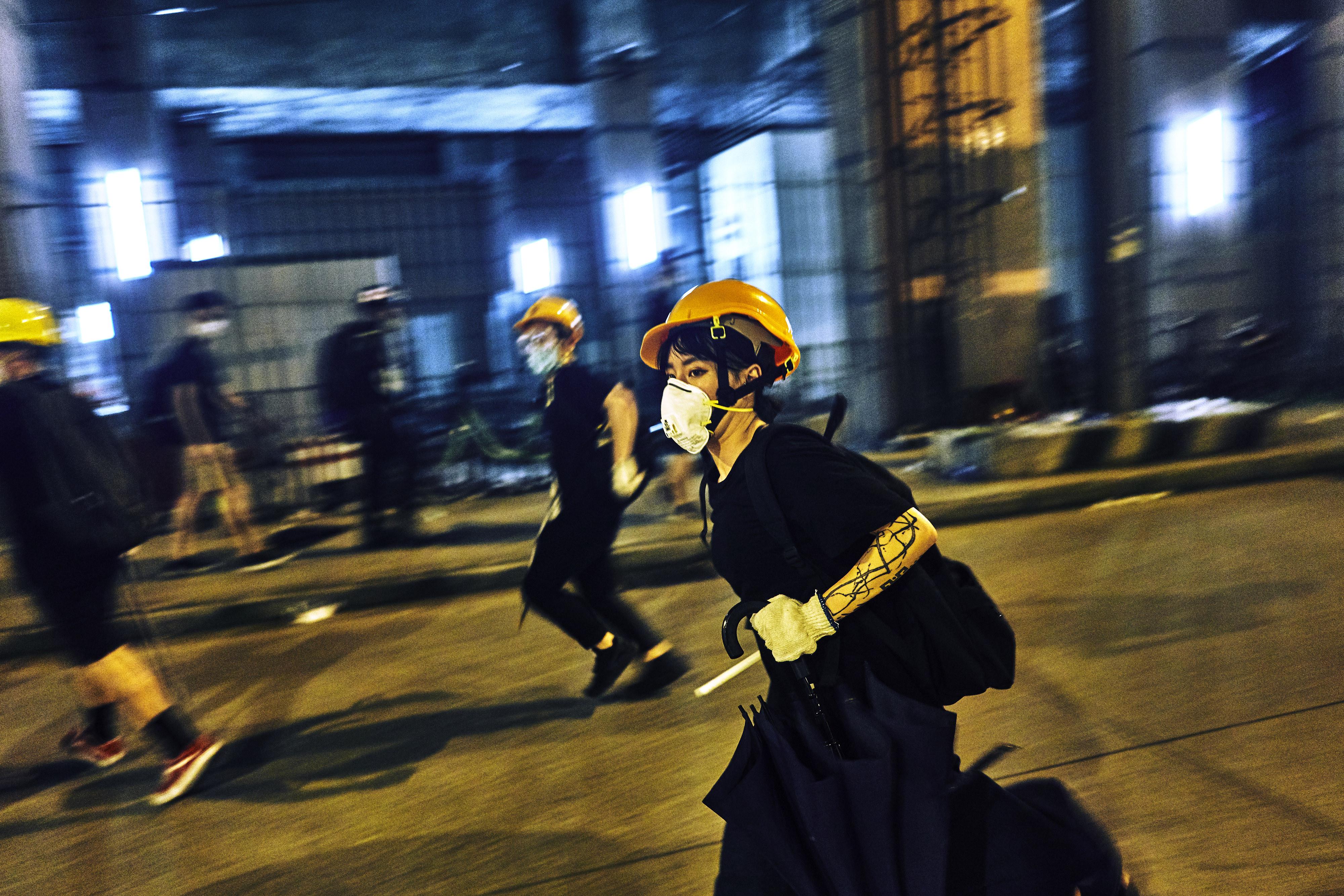Ningún lugar a donde correr: un manifestante no identificado se apresura a salir de Yuen Long, el suburbio donde Alice fue testigo de varios enfrentamientos.