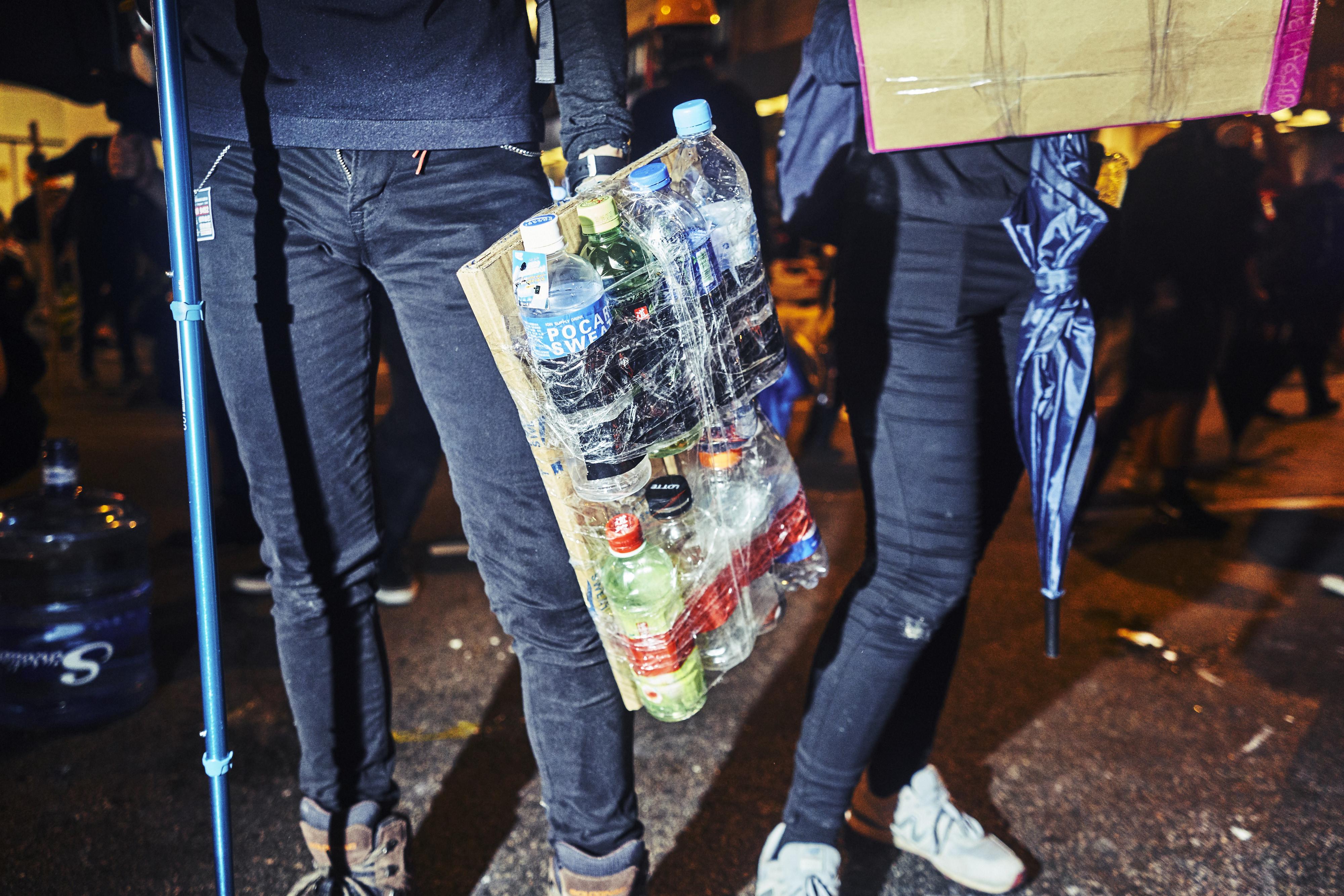 Cadena de suministro: gracias a los mensajes en Telegram y la información enviada a través de AirDrop, los manifestantes pueden llevar suministros a las líneas del frente a través de escenas caóticas.