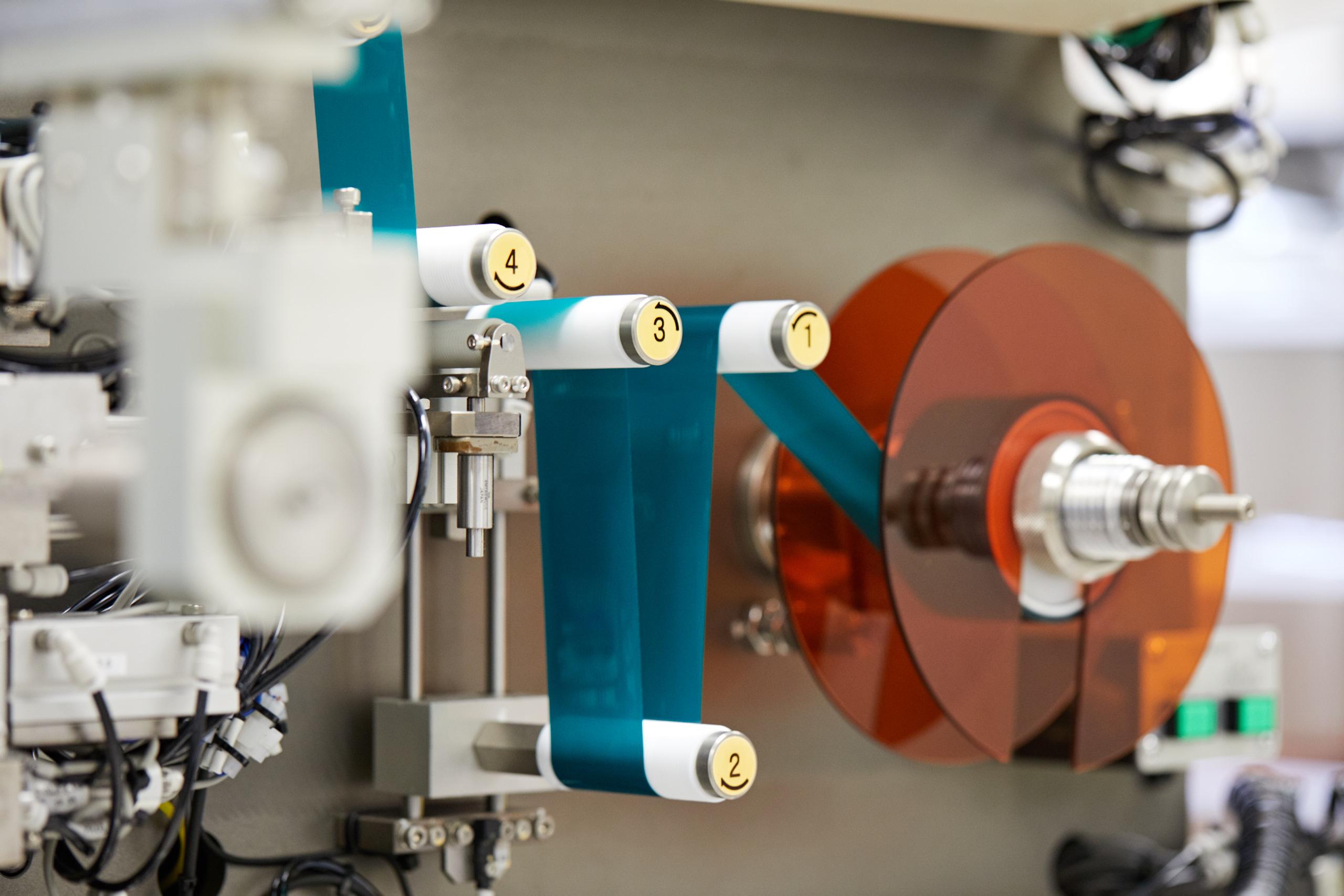Un primer plano de una devanadora de electrodos en las instalaciones de Tiax en Lexington, Massachusetts, donde se están desarrollando y probando nuevos materiales de cátodo.