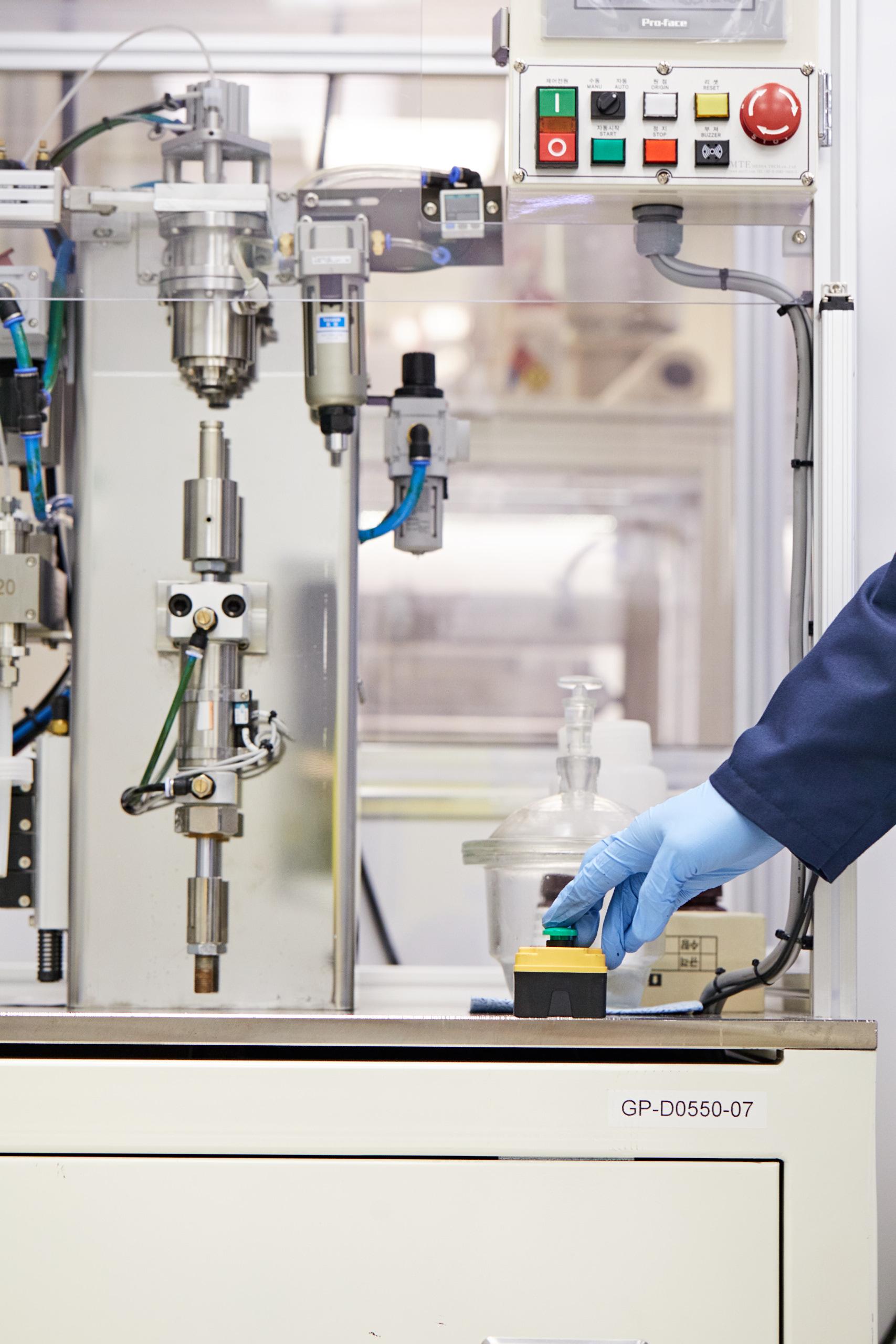 Un investigador en el trabajo en los laboratorios de Tiax.