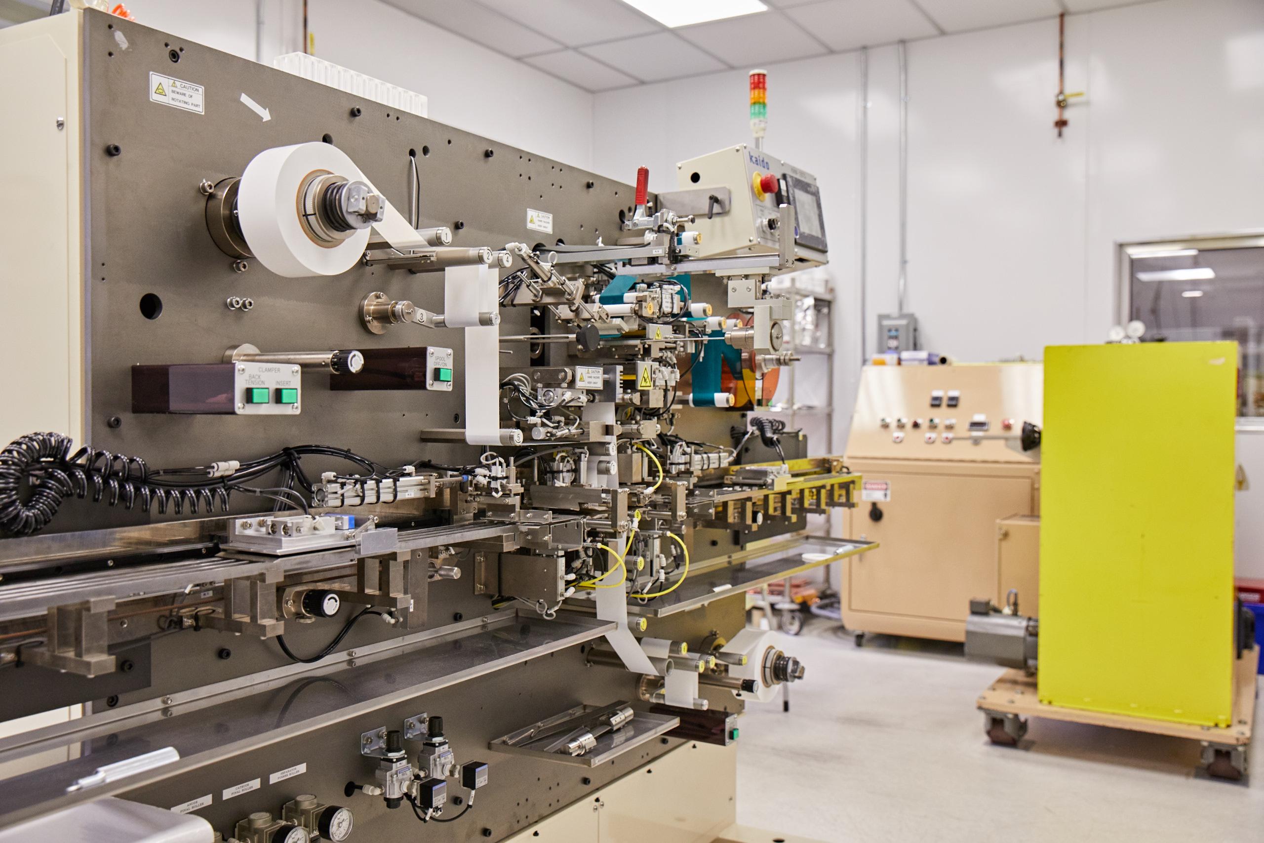 Una bobinadora de electrodos en los laboratorios de Tiax.