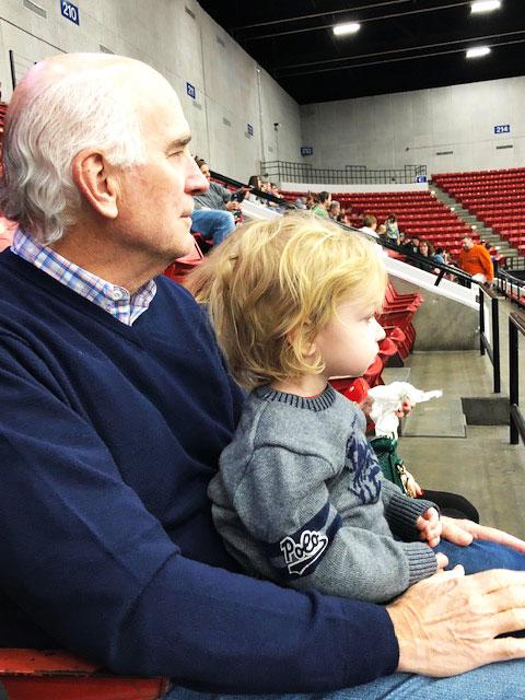 Una foto reciente de Carrier sosteniendo a su nieto Beckett en un juego de fútbol bajo techo.