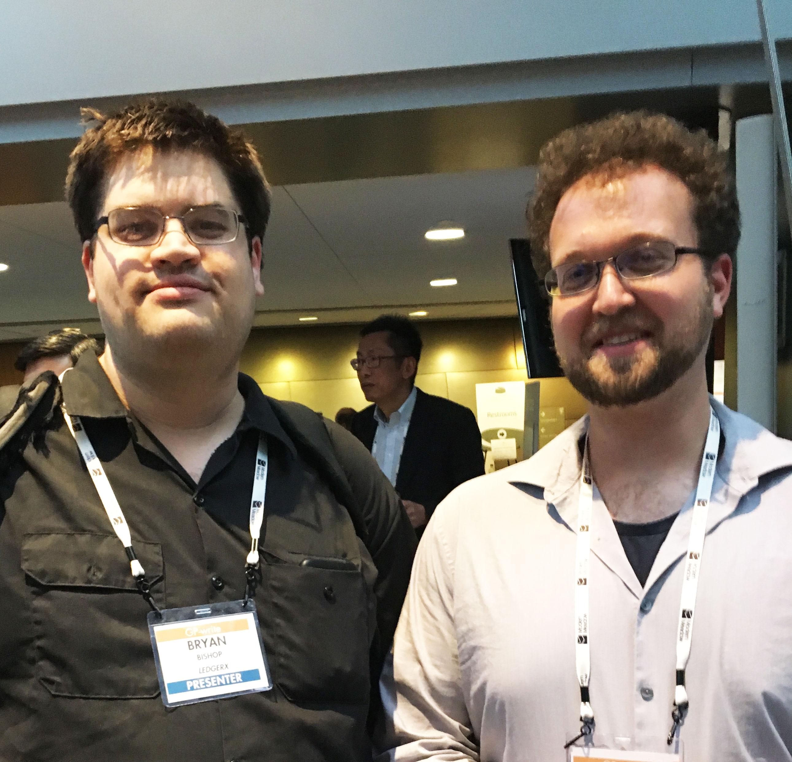 Los diseñadores de bebés entusiastas Bryan Bishop (izquierda) y Max Berry durante la conferencia de escritura del Proyecto Genoma.