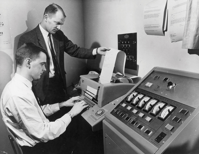 Los científicos de GE han estado estudiando y adaptando tecnología cambiante durante décadas. En esta foto del 18 de abril de 1968, un ingeniero de sistemas de GE sirve el enlace télex de un sistema de respuesta estudiantil en la Universidad de Syracuse. La computadora analizó las respuestas dadas por los estudiantes a preguntas de opción múltiple y las retransmitió al maestro.