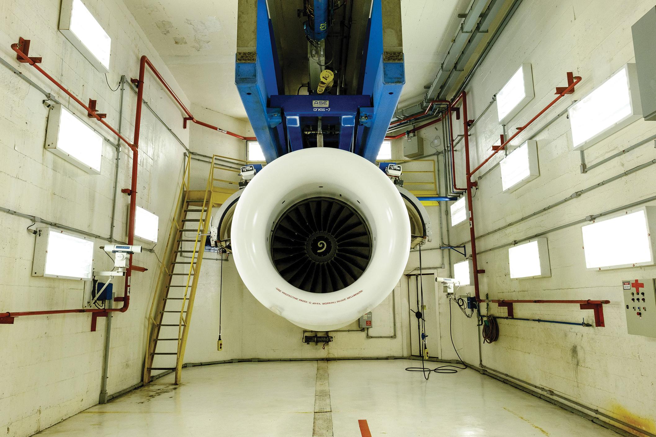 Las réplicas digitales de los motores de reacción ayudan a los clientes de aviación de GE a ahorrar dinero al predecir exactamente cuándo necesitarán mantenimiento. Aquí un motor de GE se sienta en una instalación de reacondicionamiento en Río de Janeiro, Brasil.