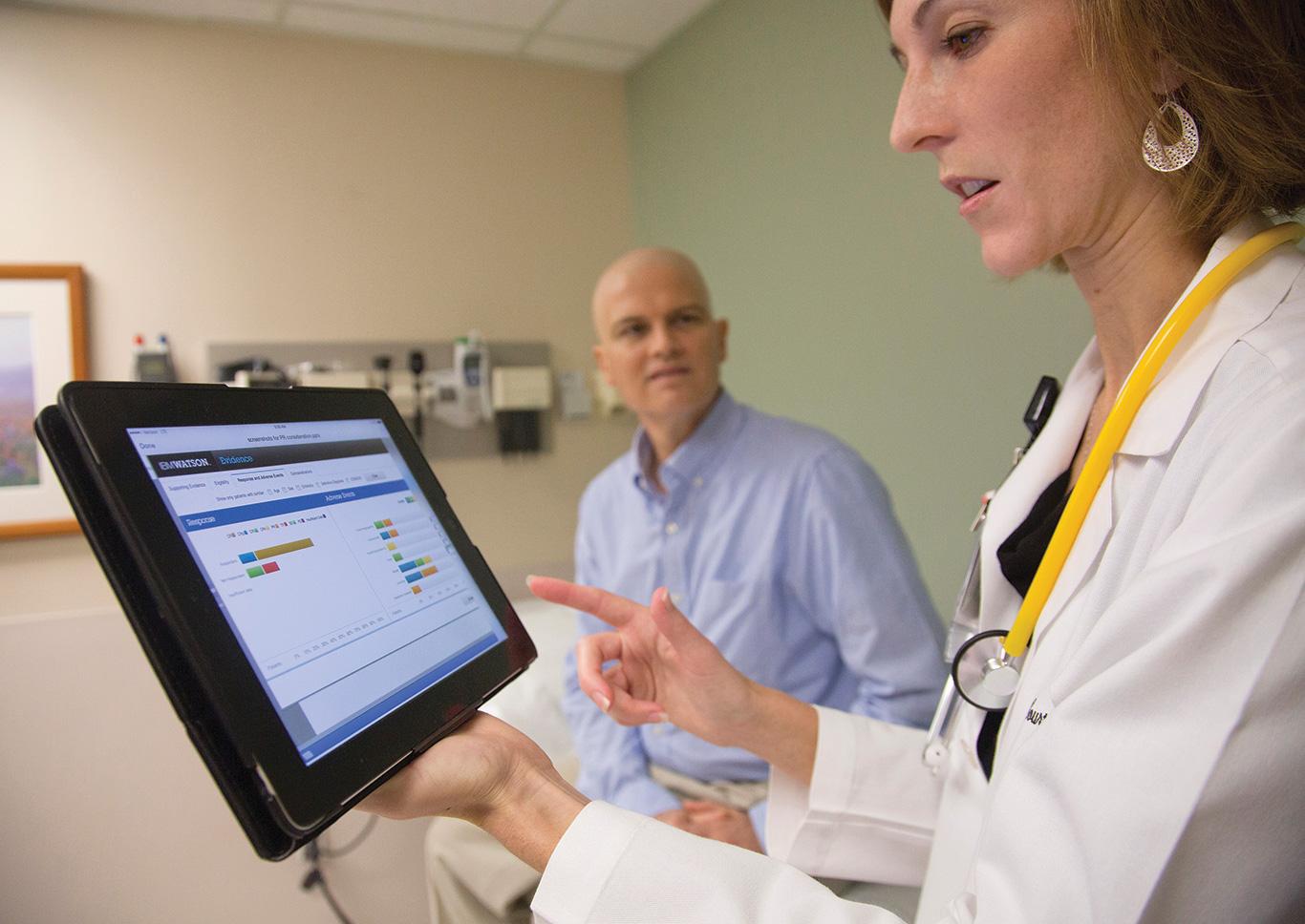 Un doctor de la leucemia en M.D. Anderson, Courtney DiNardo, utilizó el sistema de Watson de IBM mientras que consultaba con un paciente en 2013.